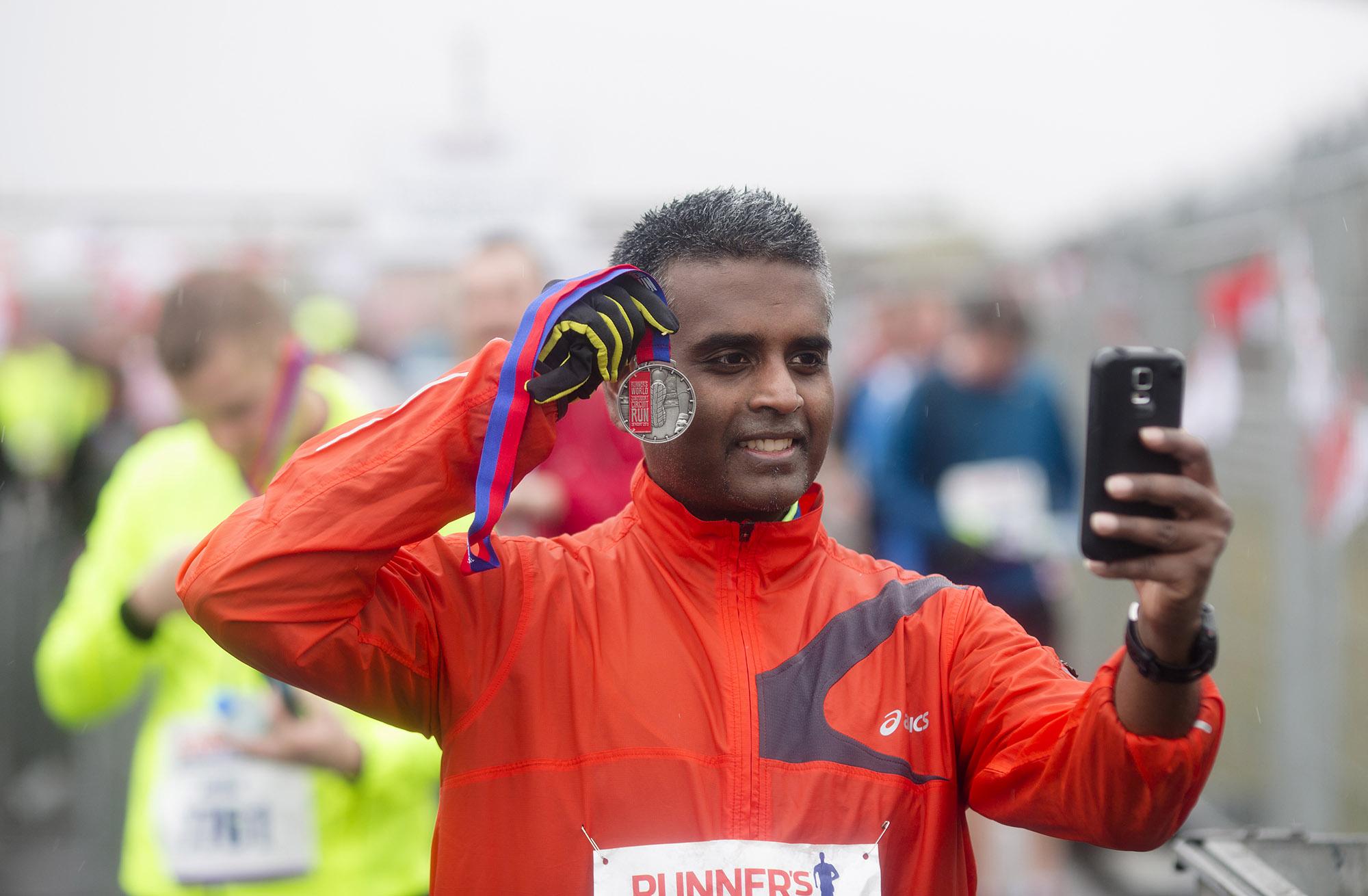 Foto van man die selfie maakt na duurloop