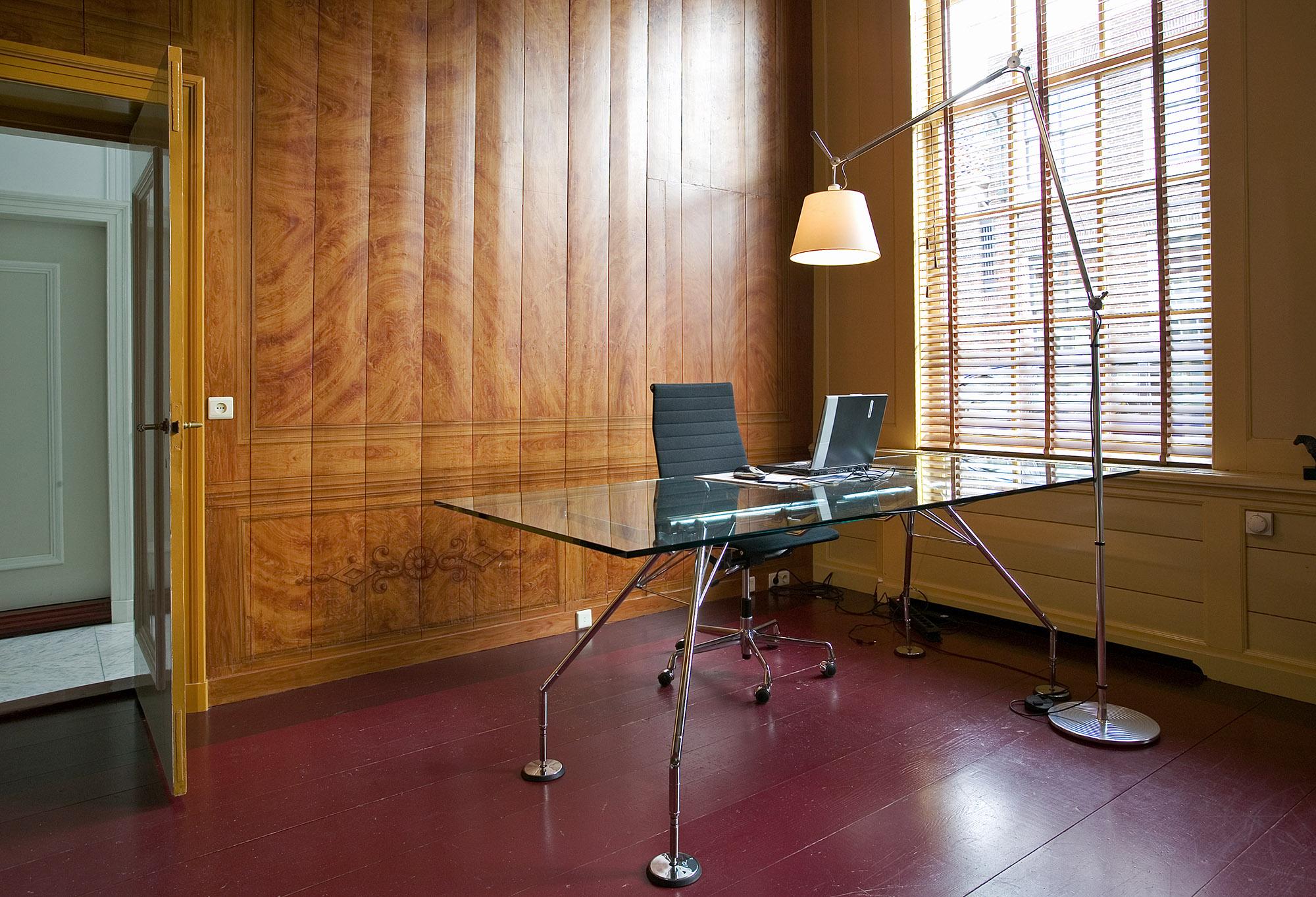 Foto van een glazen bureau in een kamer