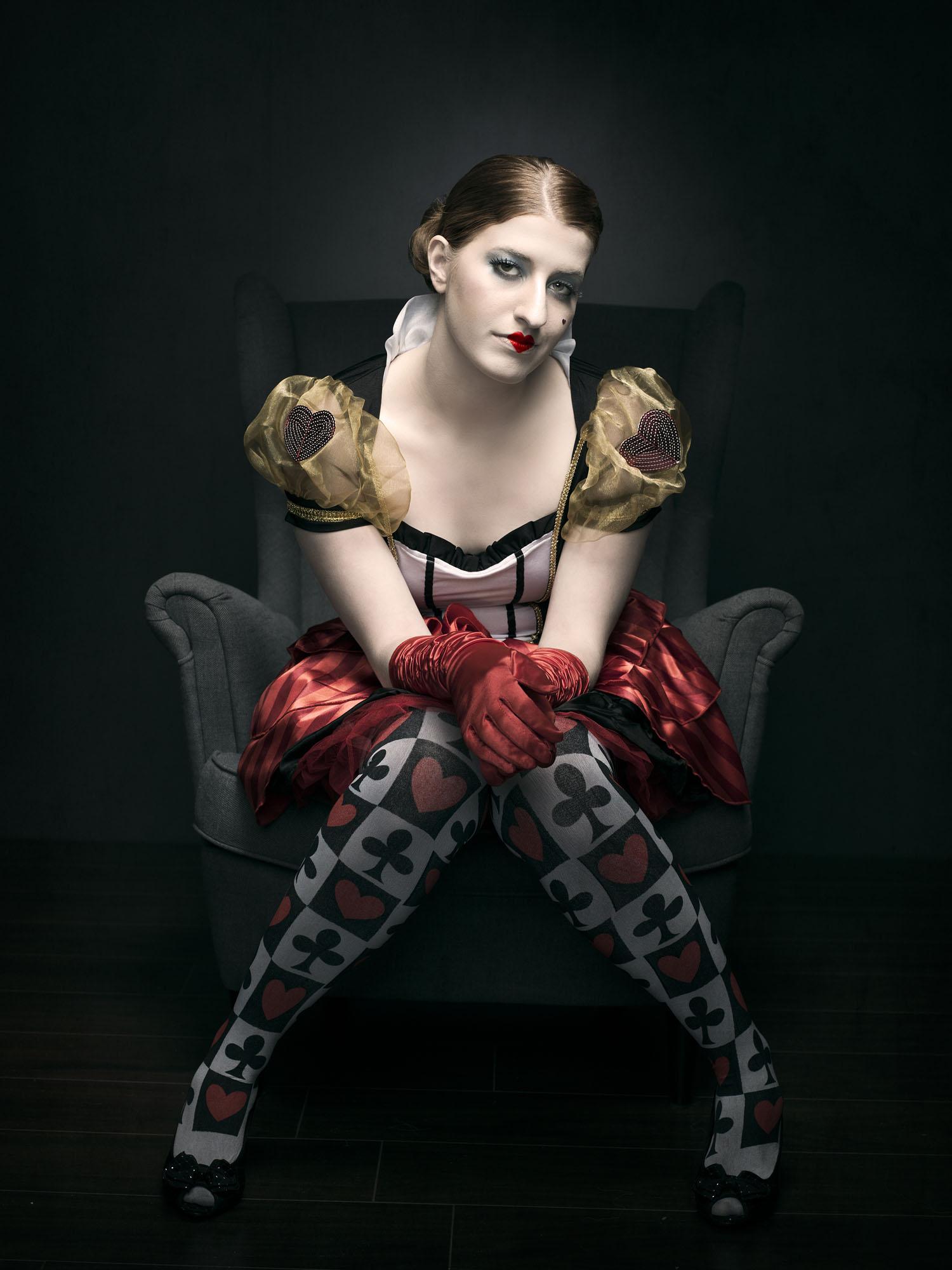 Foto van een verklede vrouw uit sprookje op een stoel