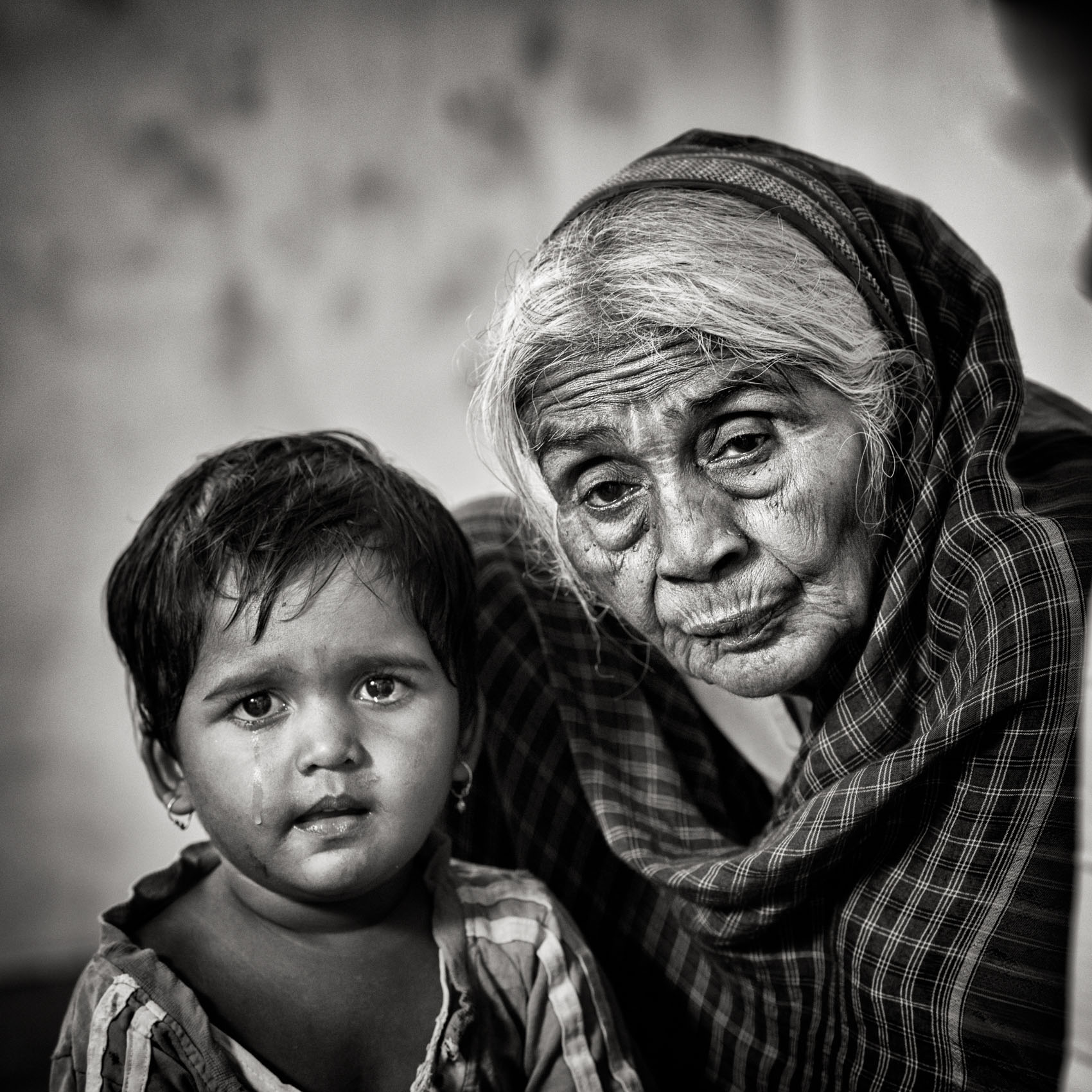 Foto van een oude vrouw met kind