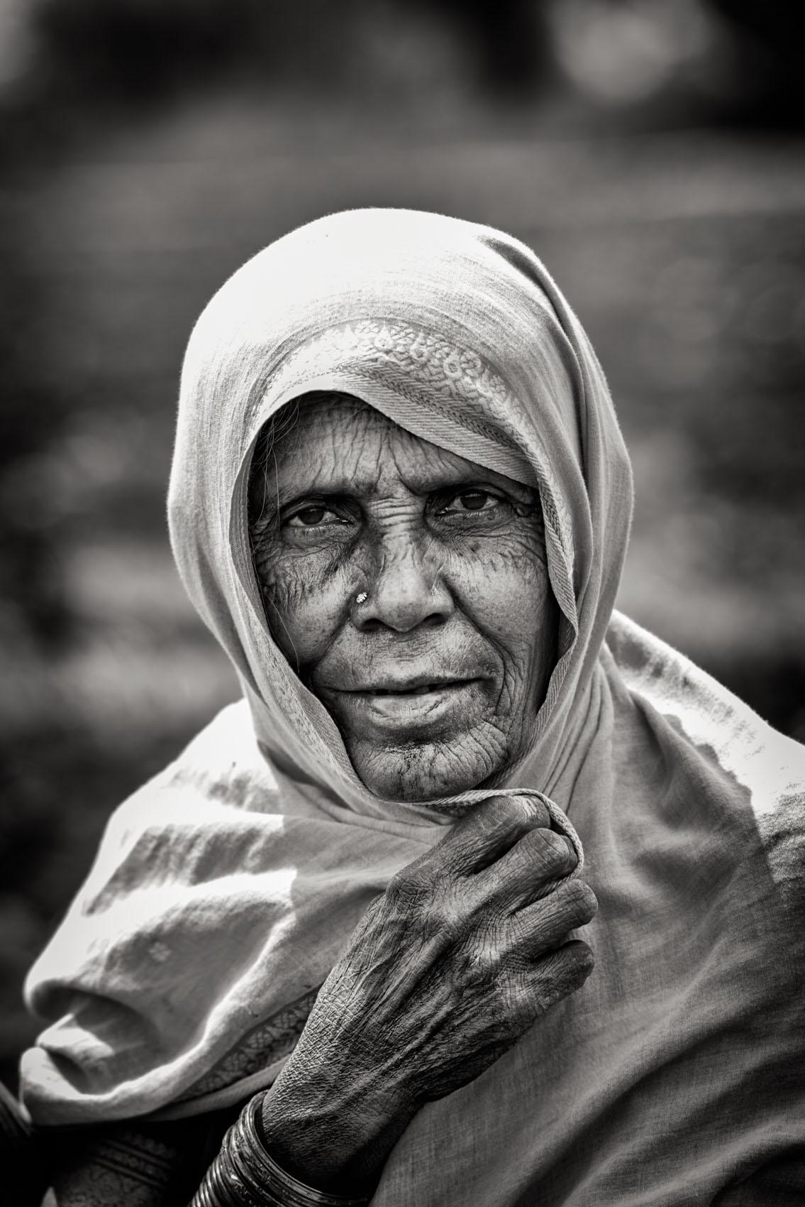 Foto van een vrouw die doek op hoofd vasthoudt