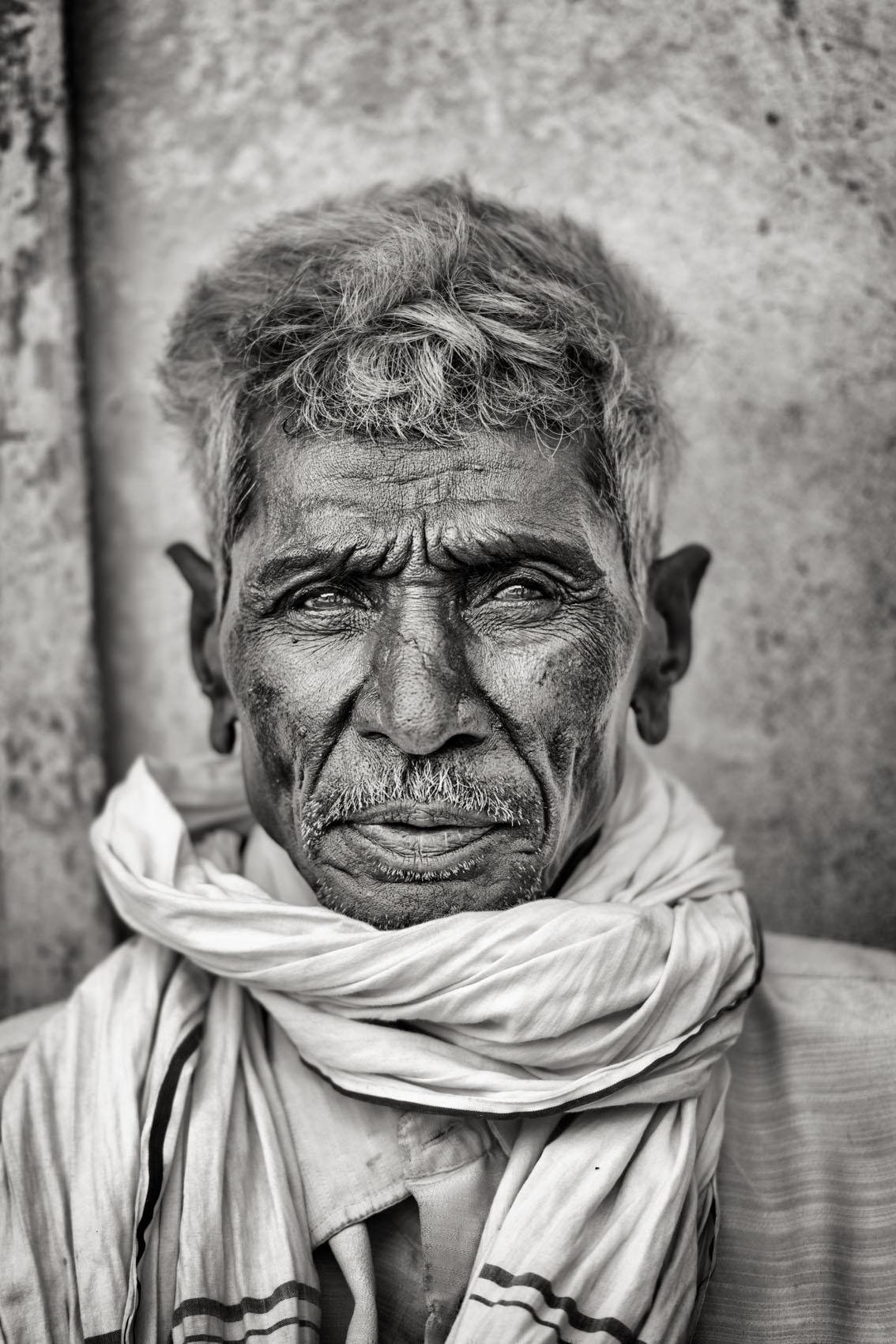 Foto van een man met sjaal