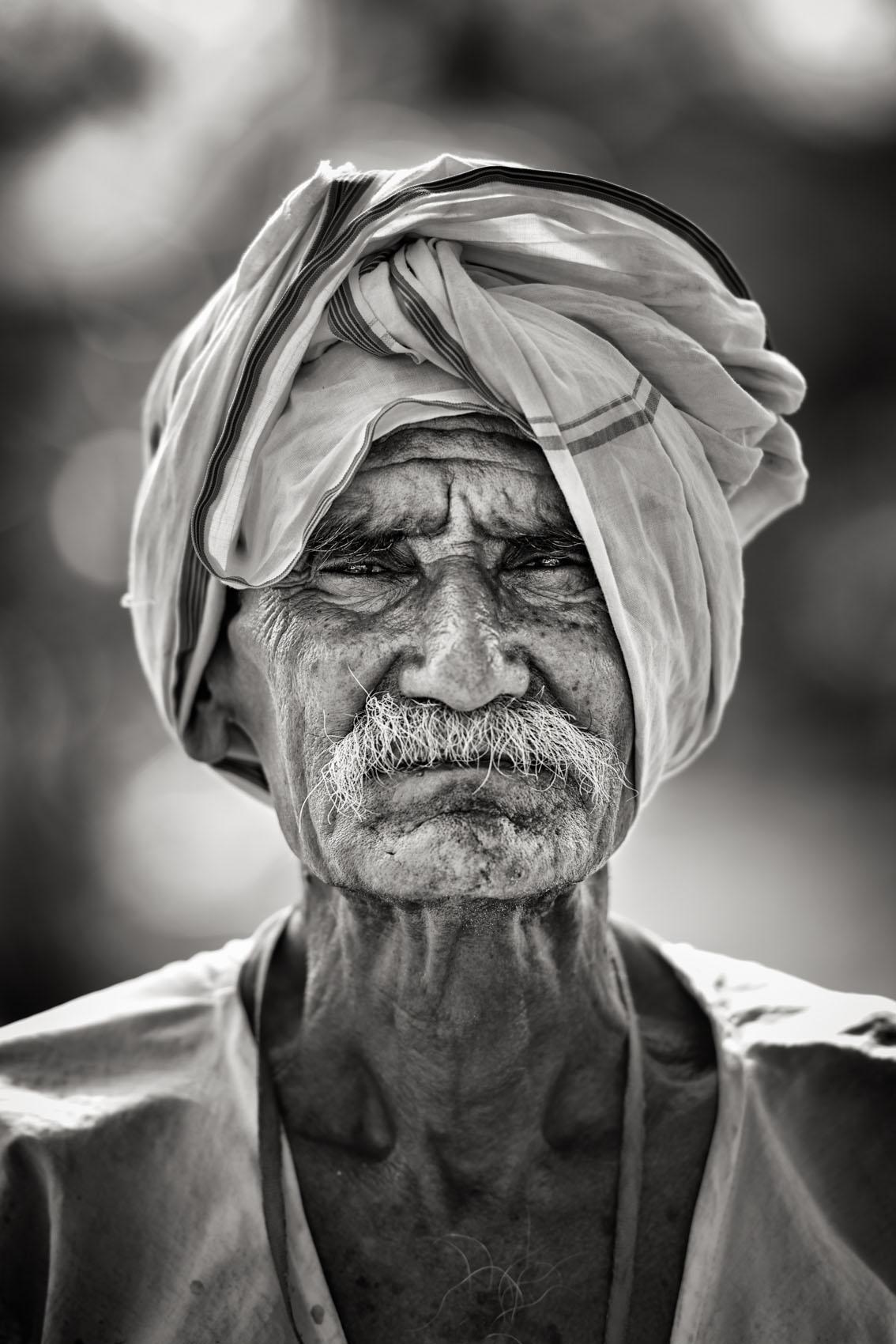 Foto van een man met doek op hoofd