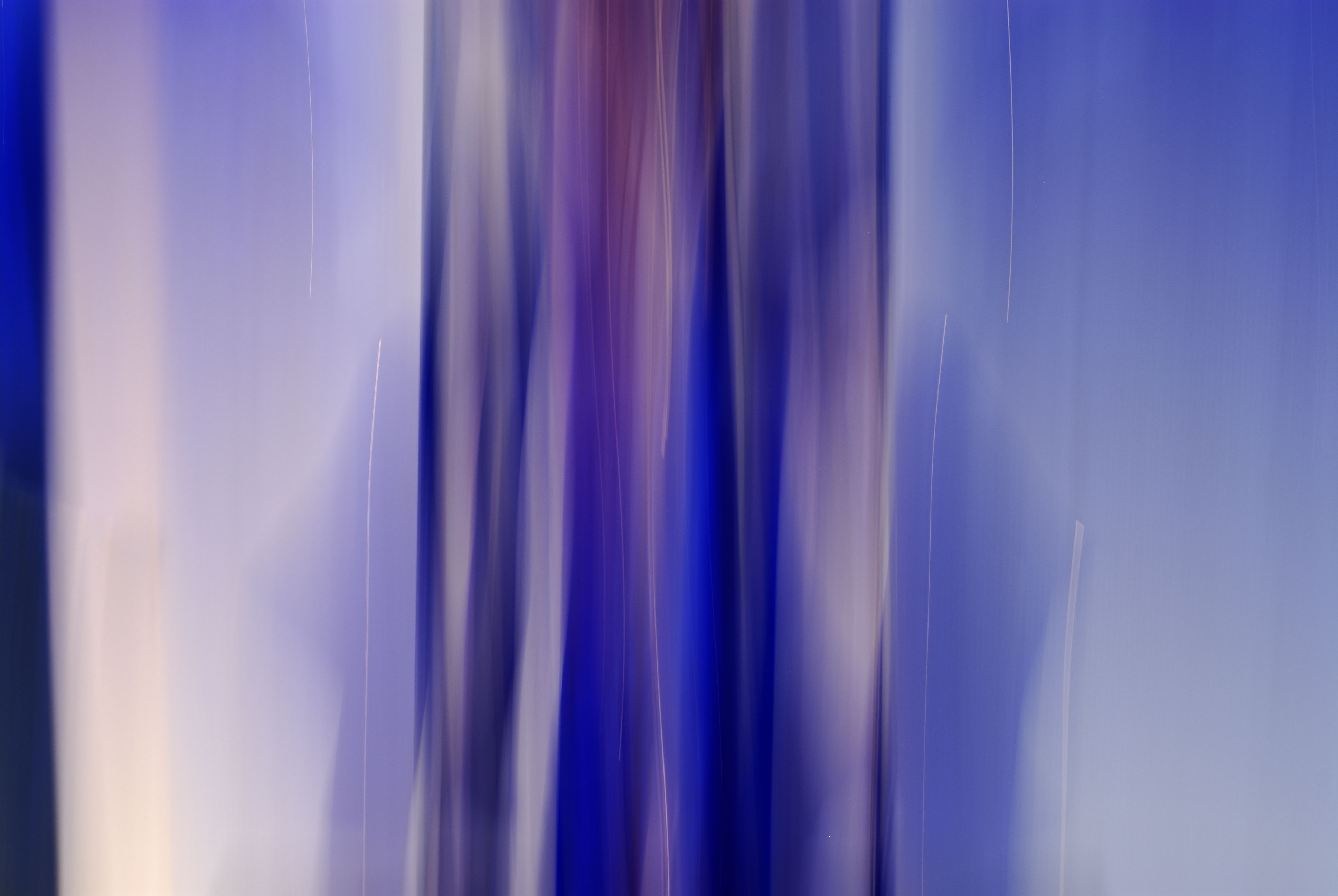 Foto van vage blauwe en paarse vormen met veel wit