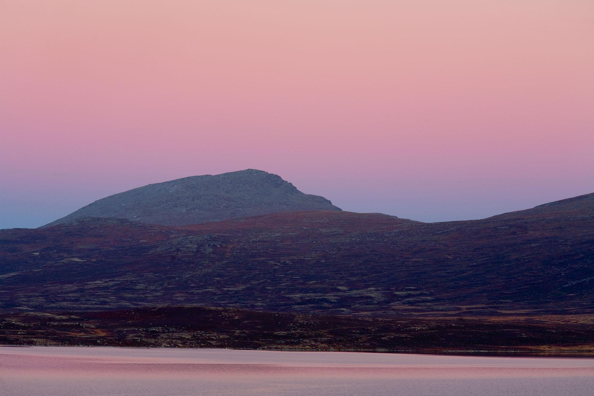 Foto van landschap met bergen in paarse kleuren