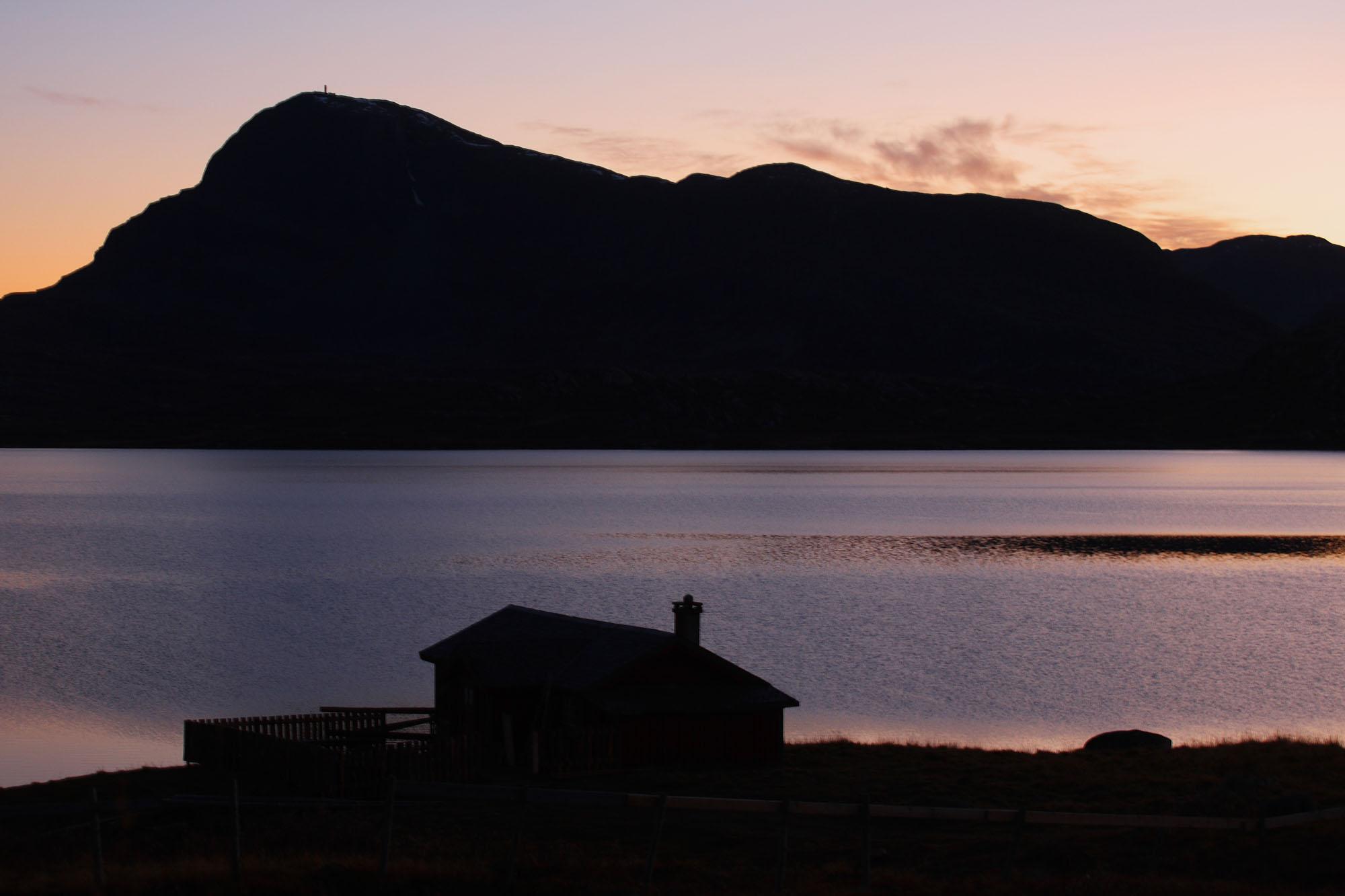Foto van landschap met bergen en water in Noorwegen
