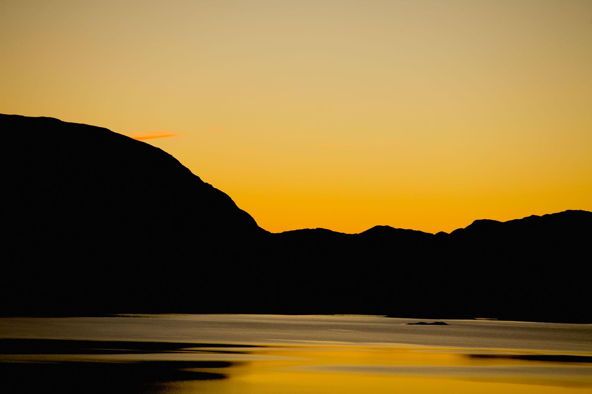 Foto van landschap met bergen geel en goud