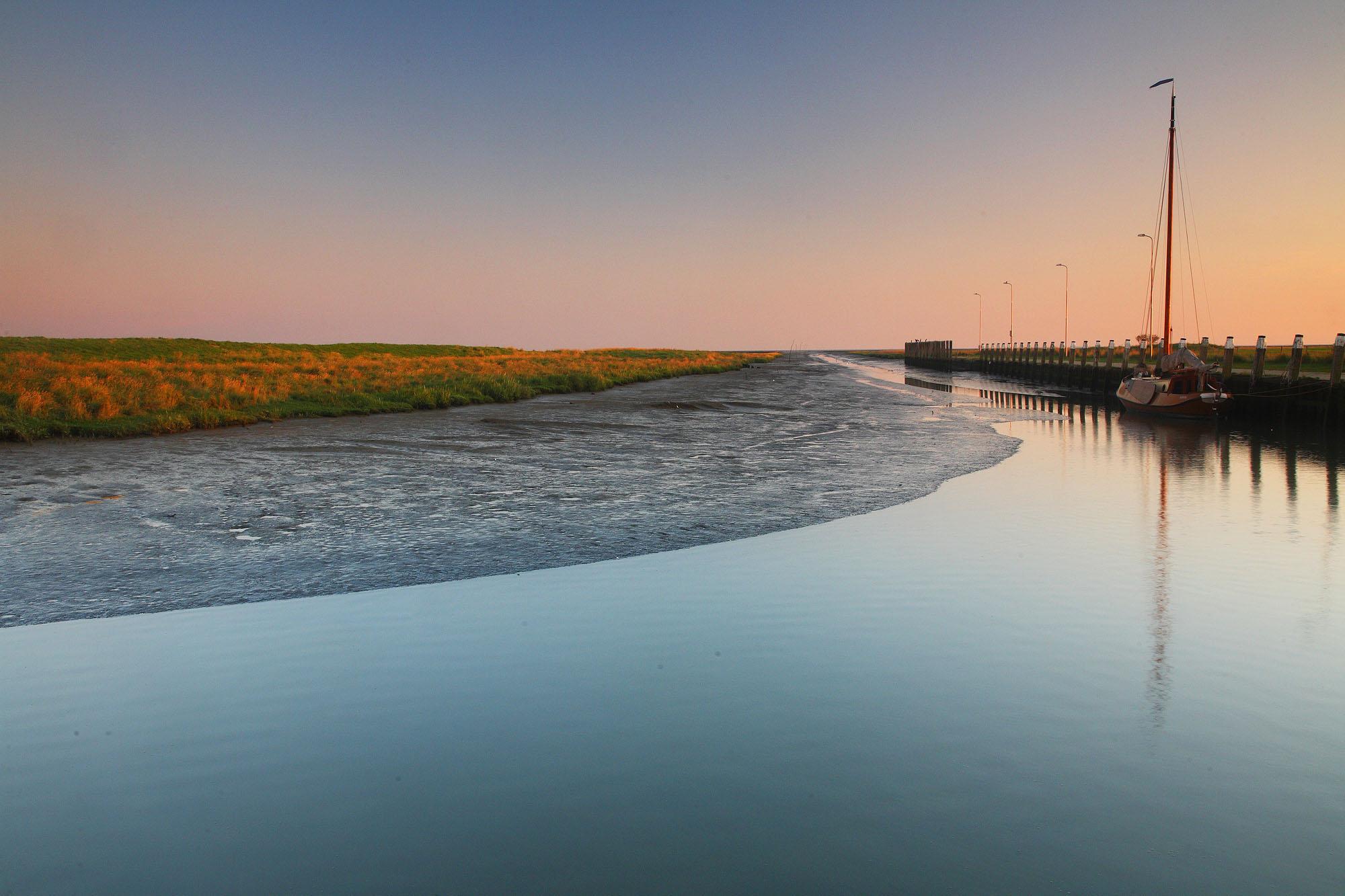 Foto van een stuk water met land