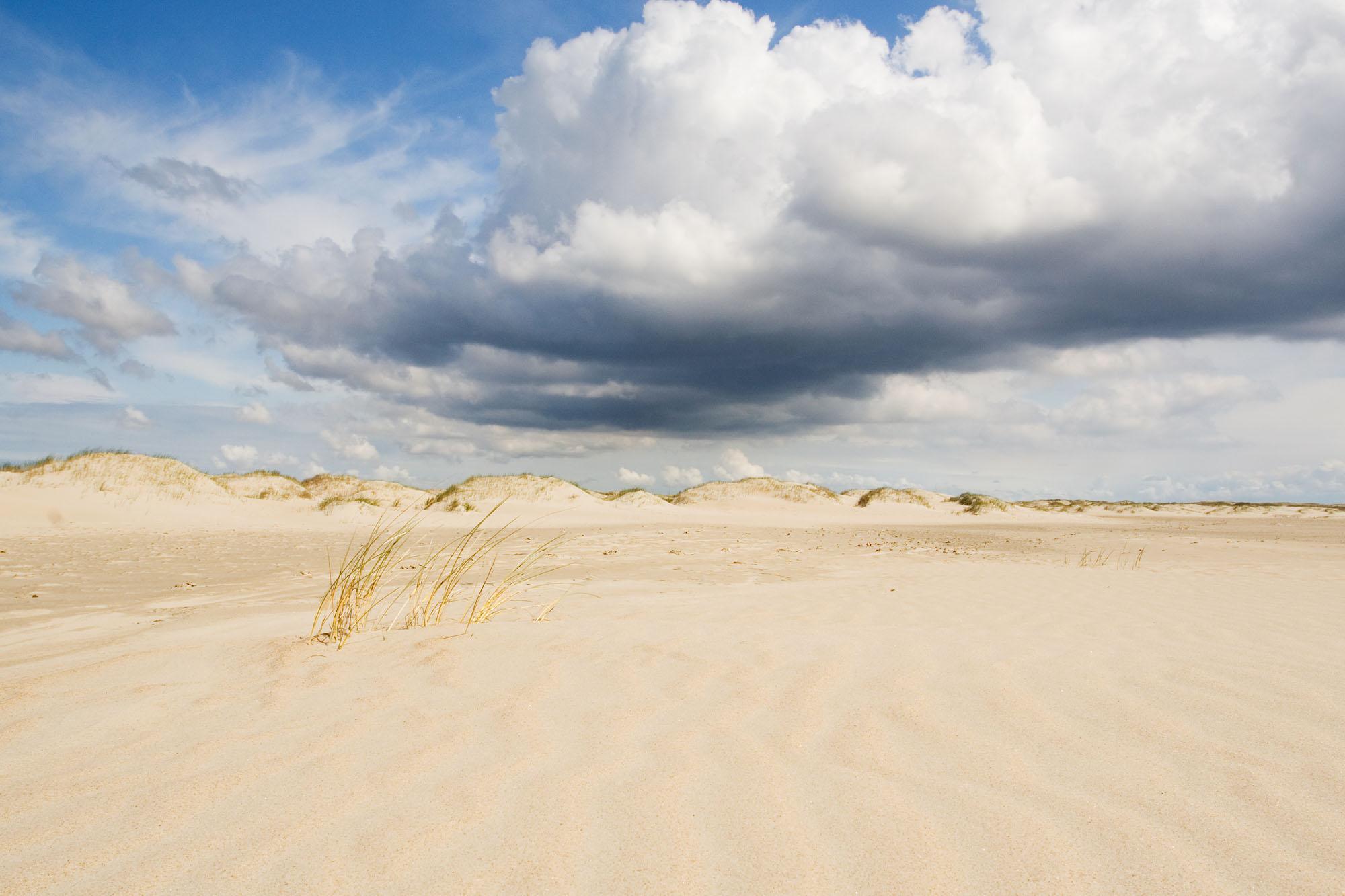 Foto van zandvlakte en wolken