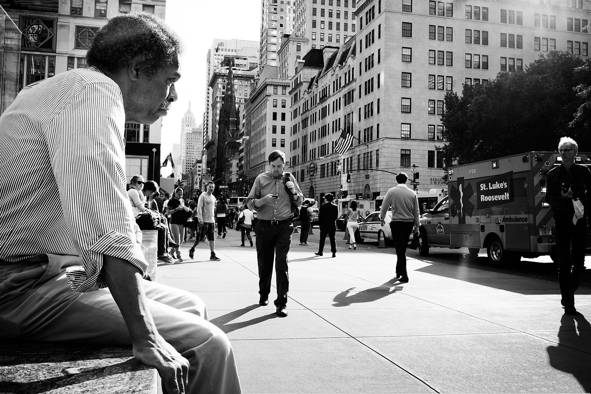 Straatbeeld New York, man rust uit op bankje