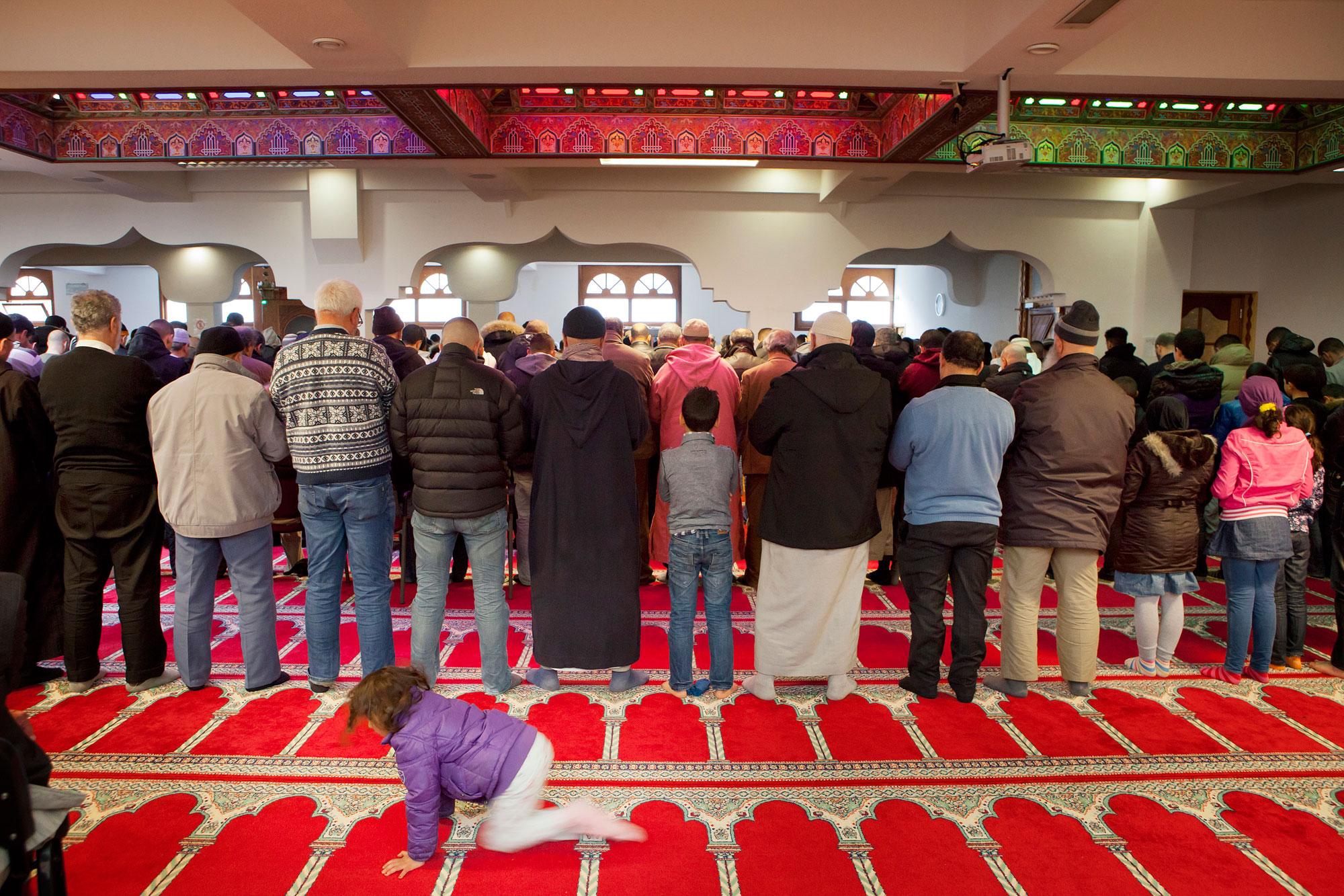 Moslims in Amsterdamse moskee aan het bidden