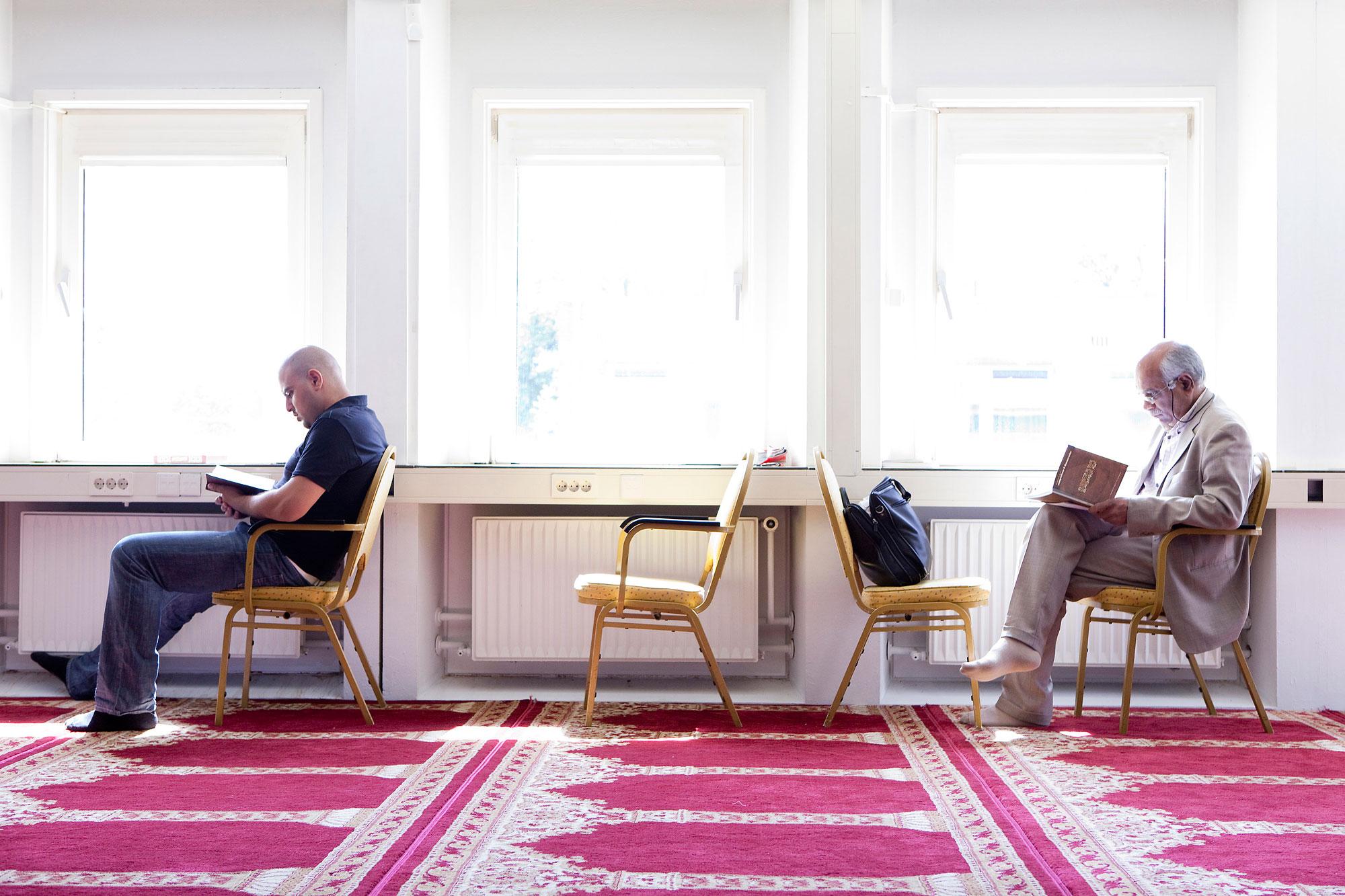 Foto van Amsterdammers en hun geloof, moderne kerk interieur