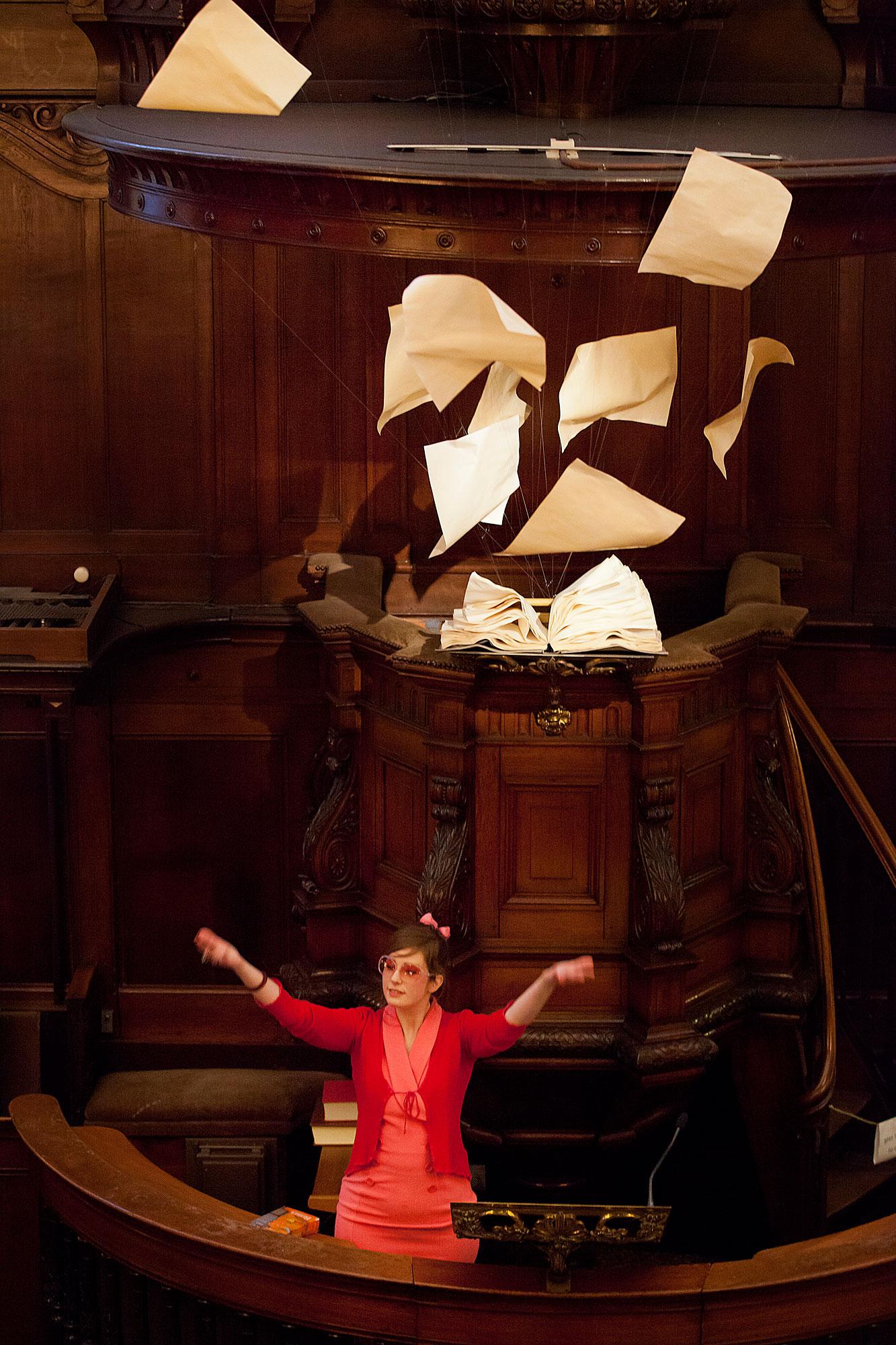 Foto van Amsterdammers en hun geloof, altaar met vliegende papieren