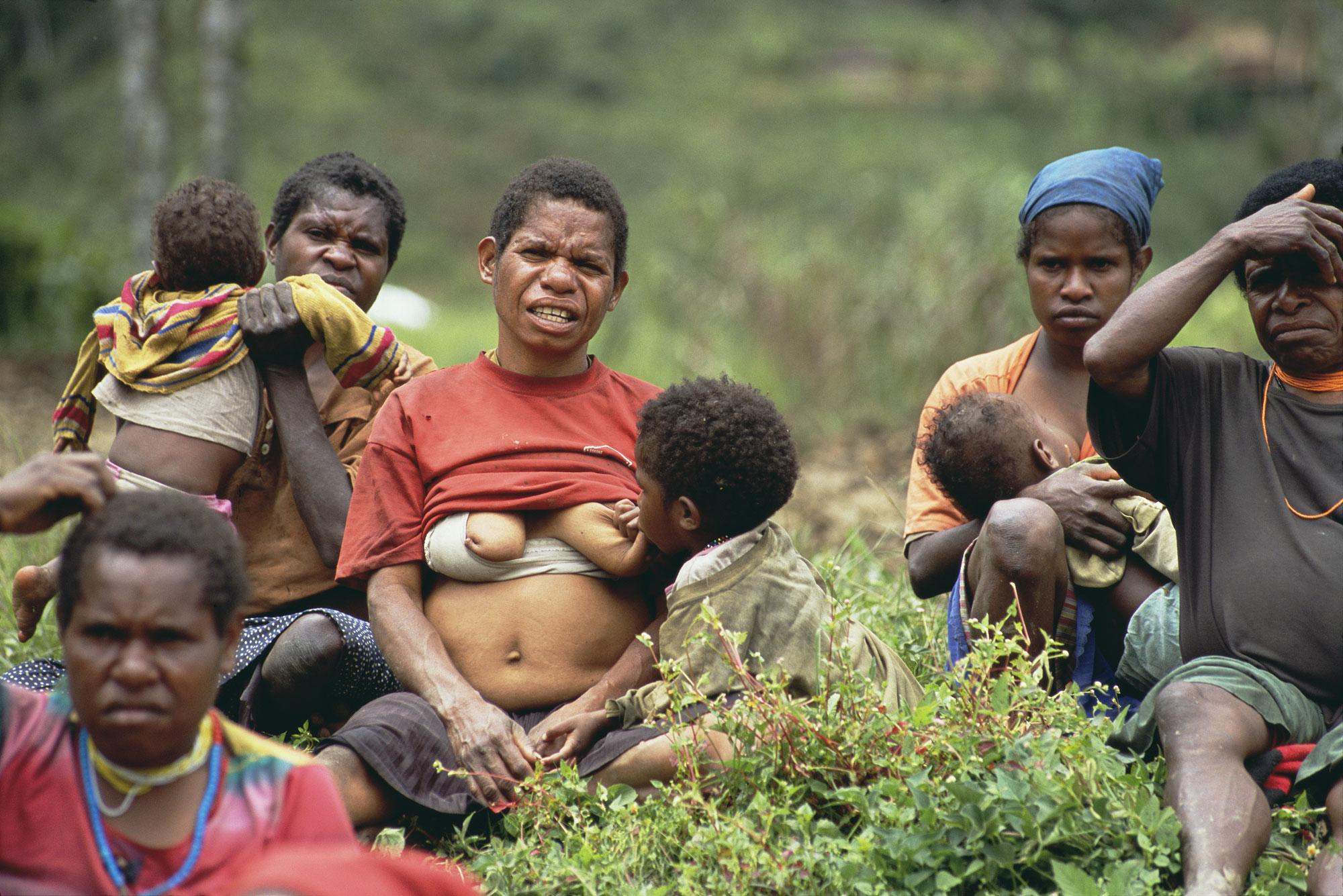 In het dorp Mulia krijgen Danivrouwen uitleg over AIDS.