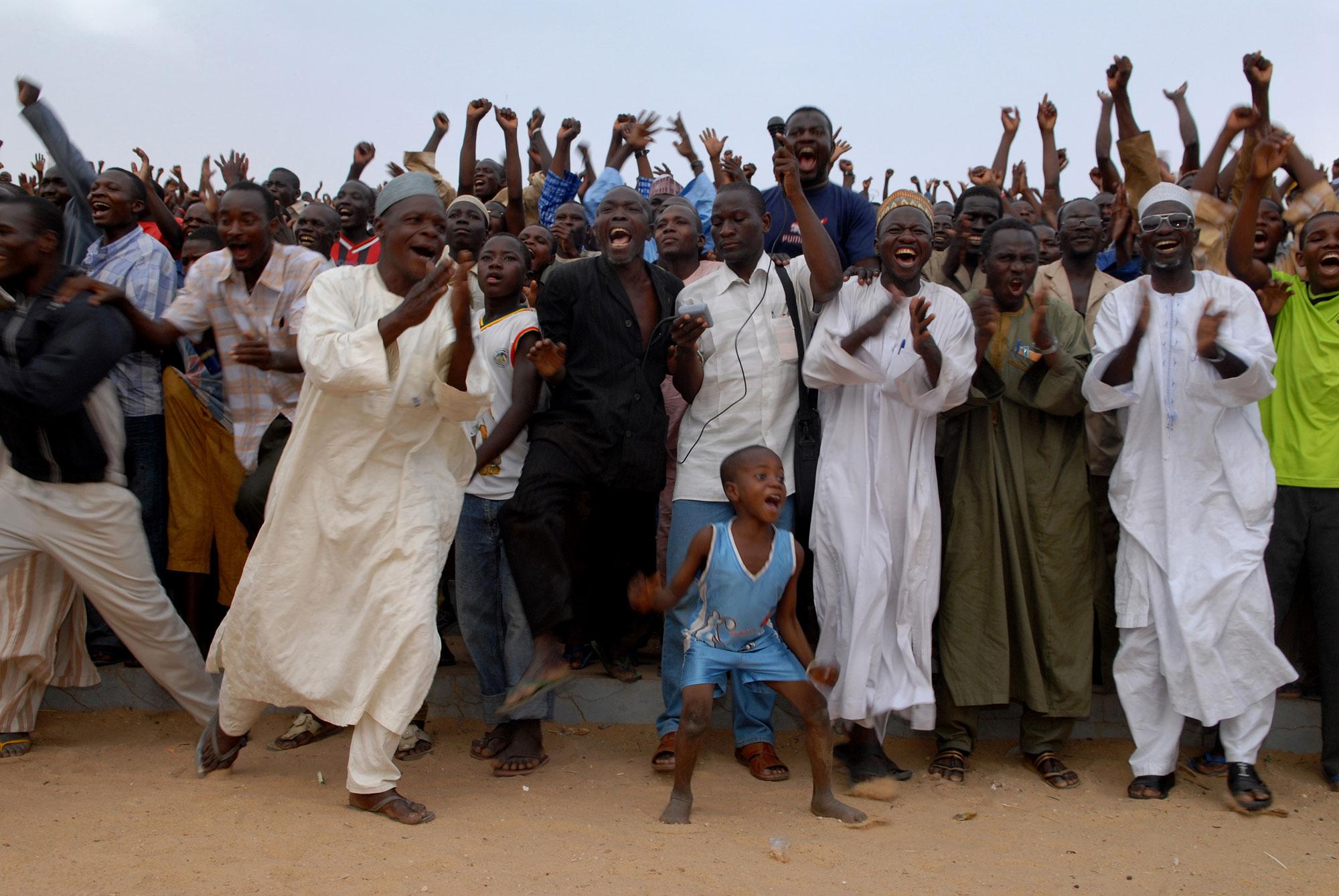 Tijdens de grootste sport van West Afrika - het worstelen - wint de lokale worstelaar en gaat de menigte uit hun dak.