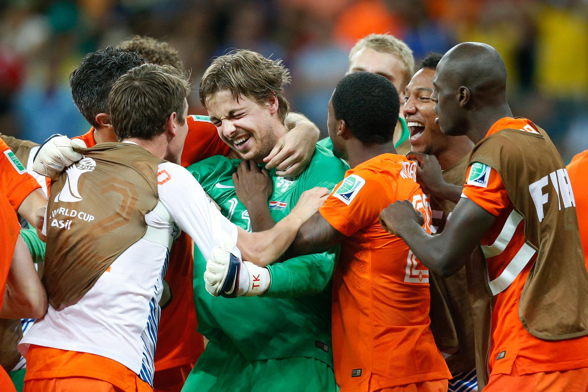 Tim Krul wordt omhelst door de rest van het elftal