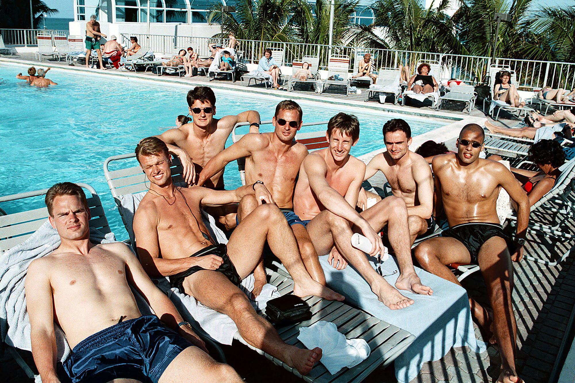 Nederlands elftal bij zwembad