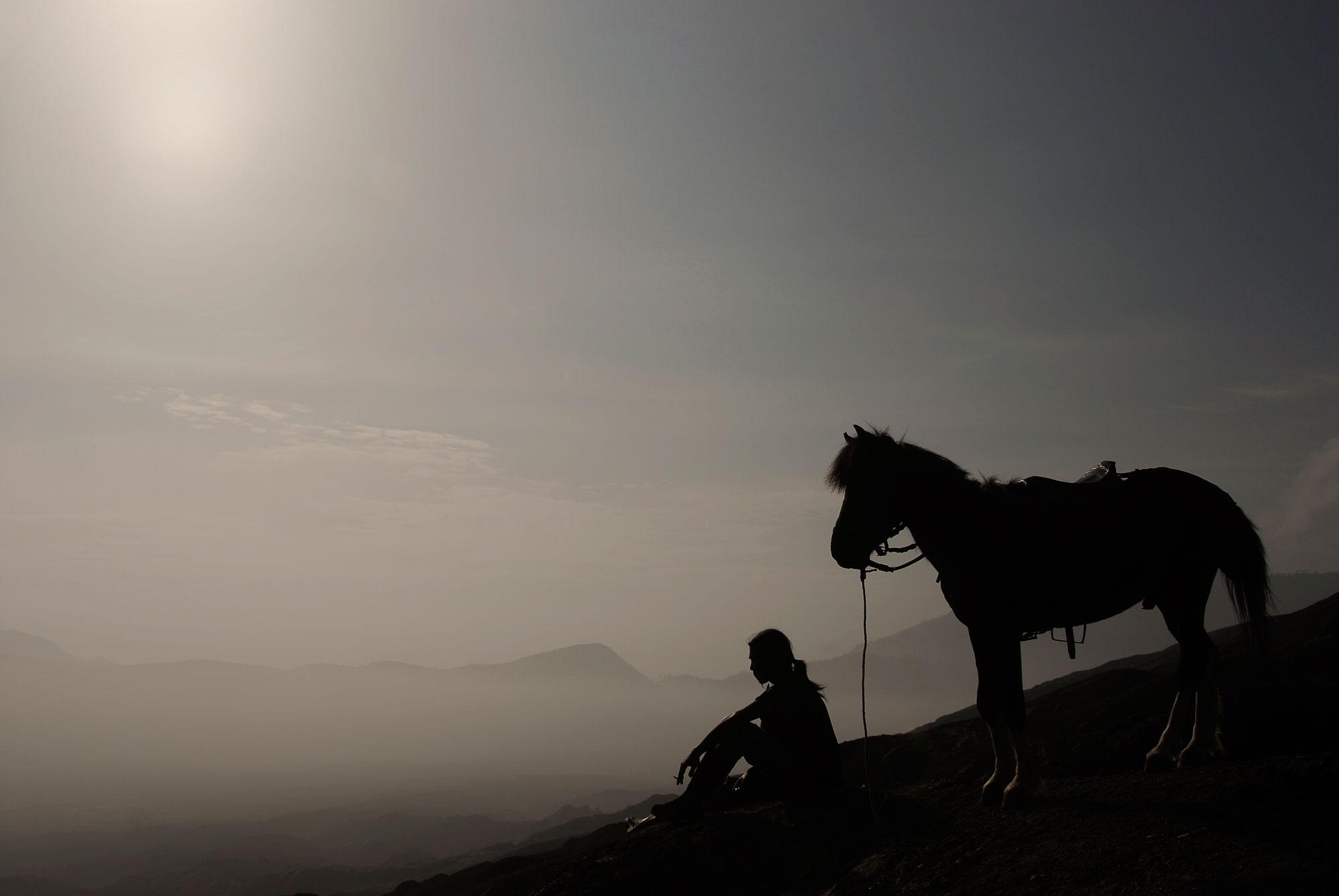 Man en paard op Bromo vulkaan