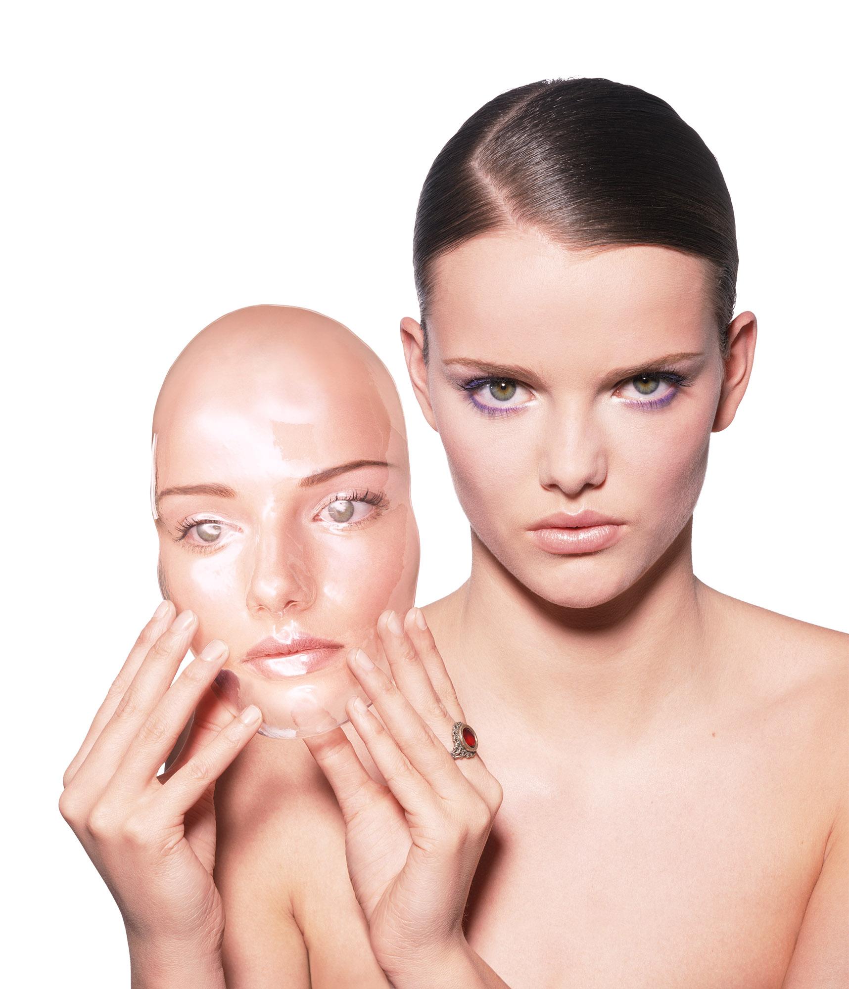 Fotomodel met masker van eigen gezicht