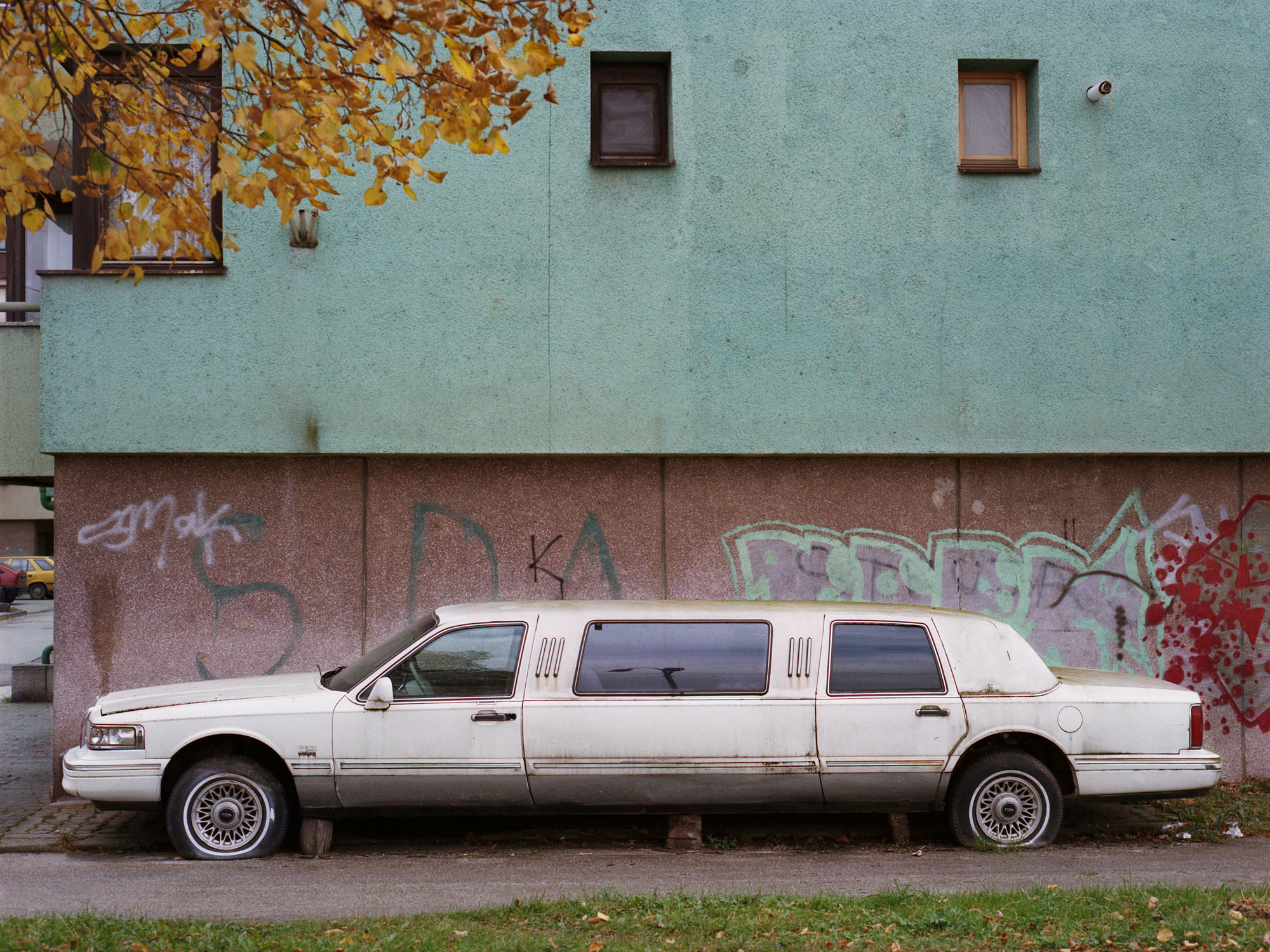 Foto van oude limousine in Bosnie