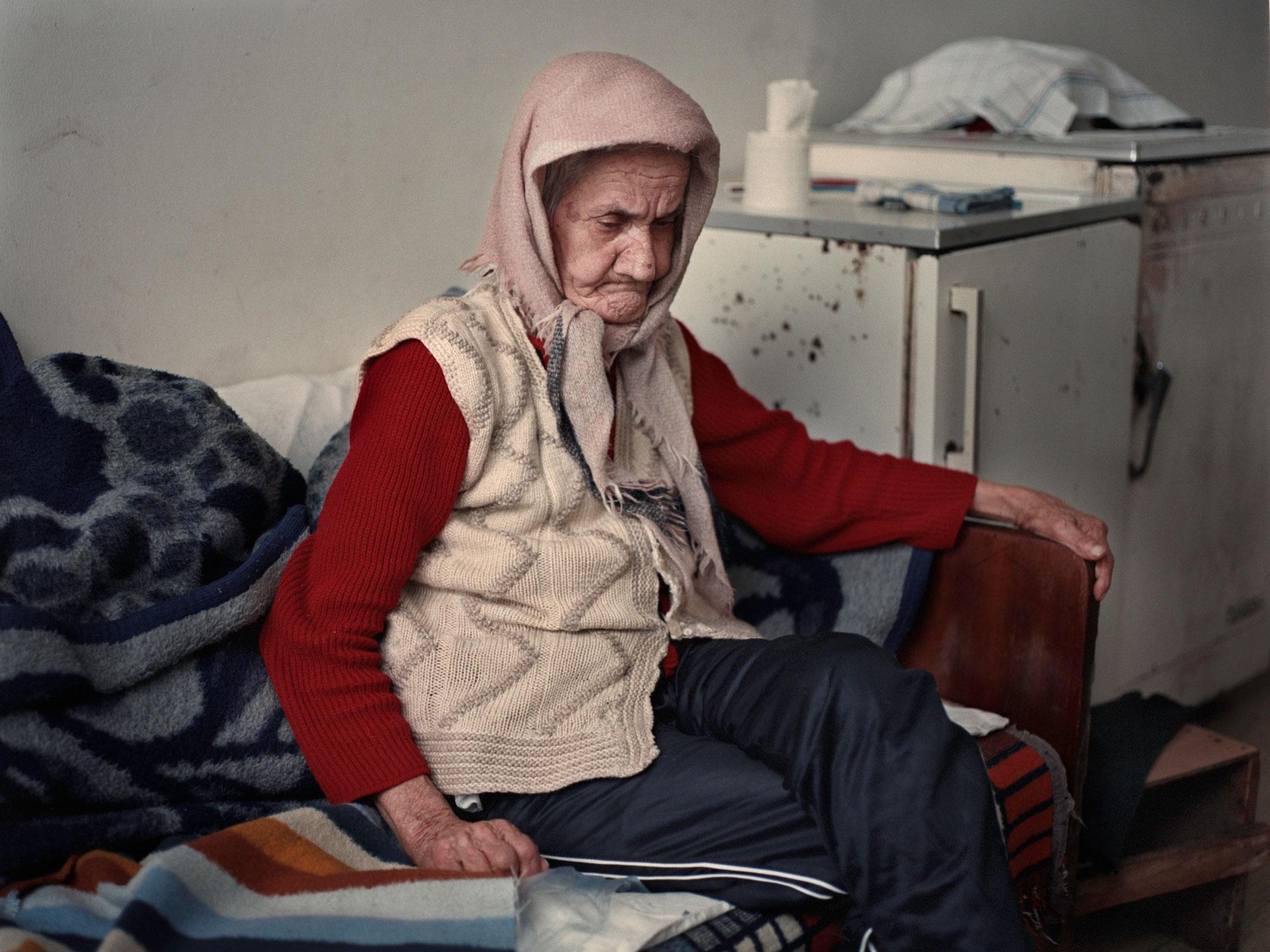 Foto van oude vrouw in armoede in Bosnie