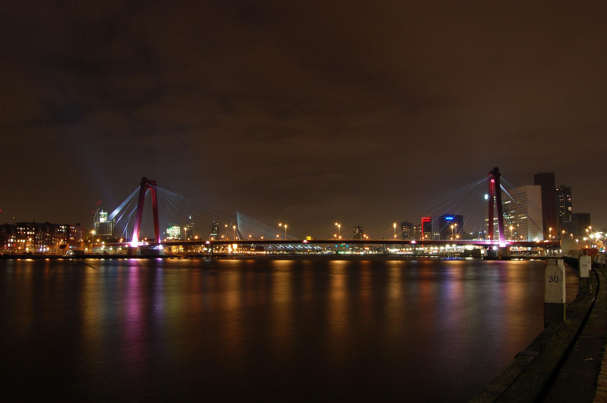 Willemsbrug bij nacht