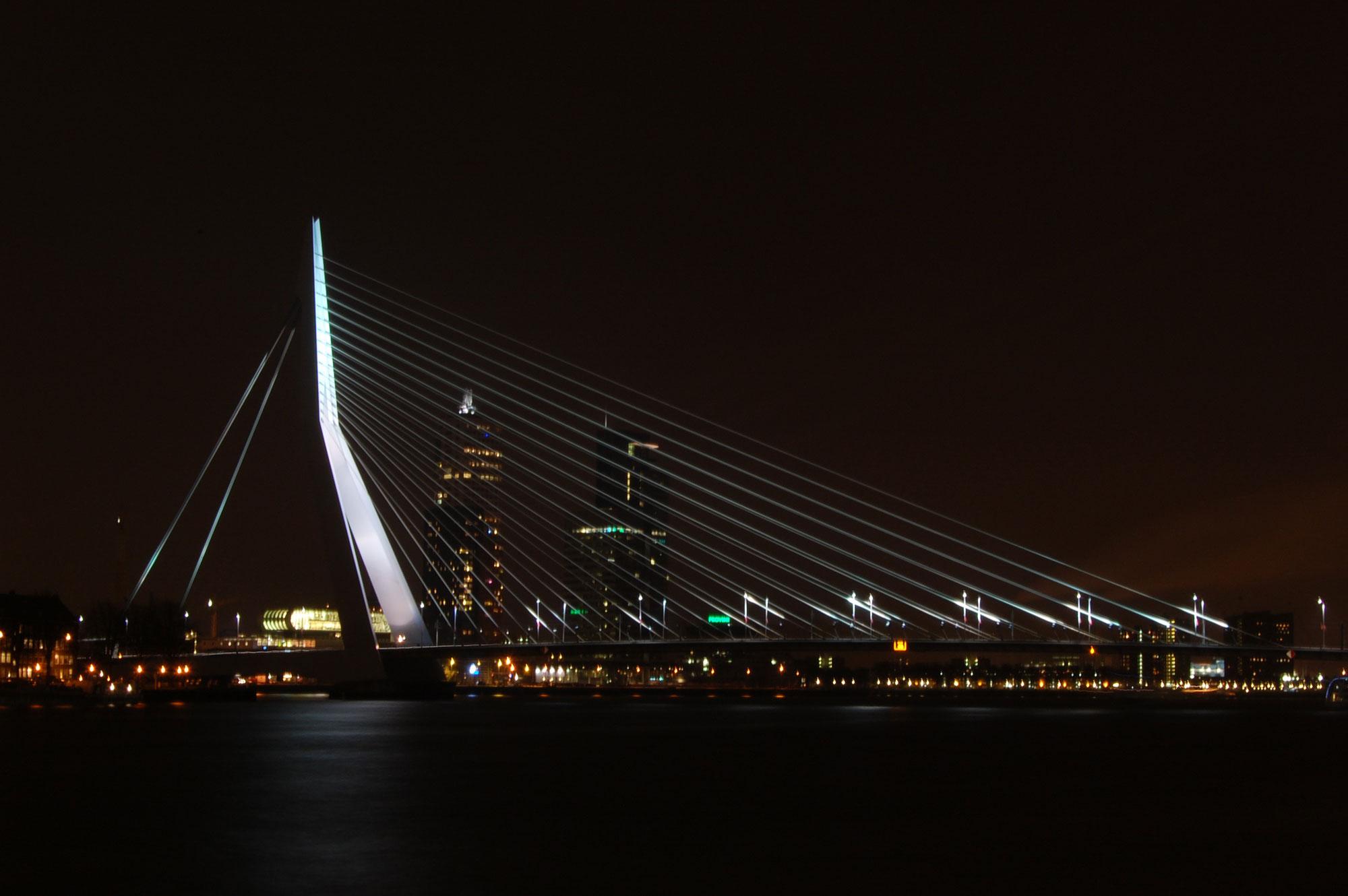 Erasmusbrug bij nacht