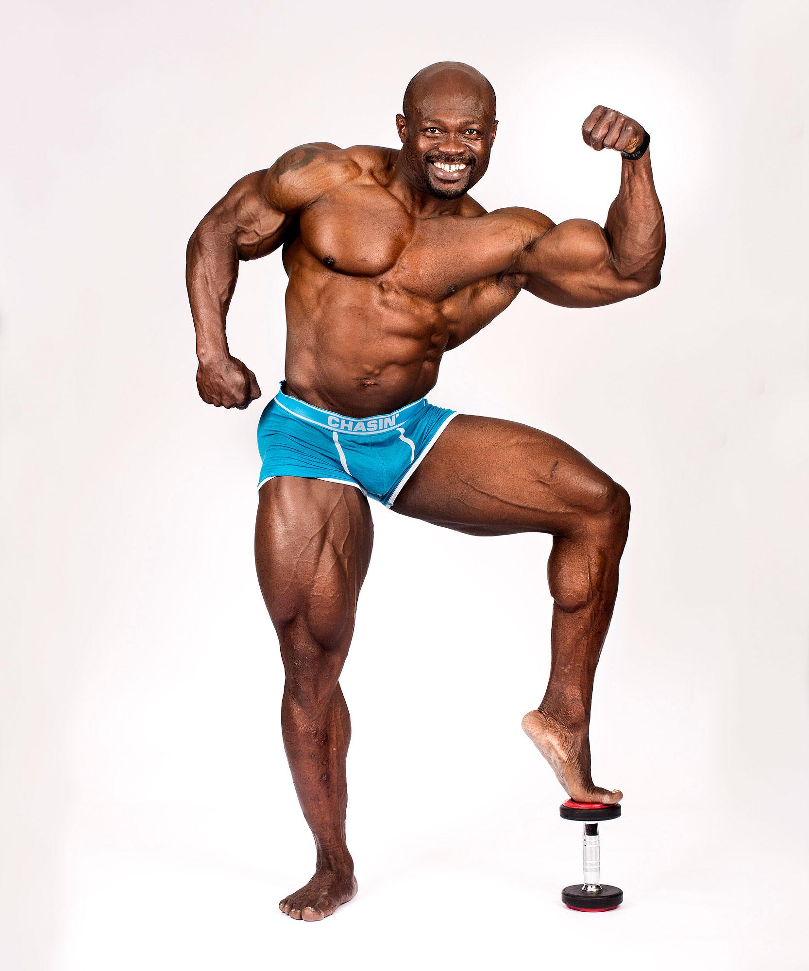 Pascal Chukwu met voet op zandloper