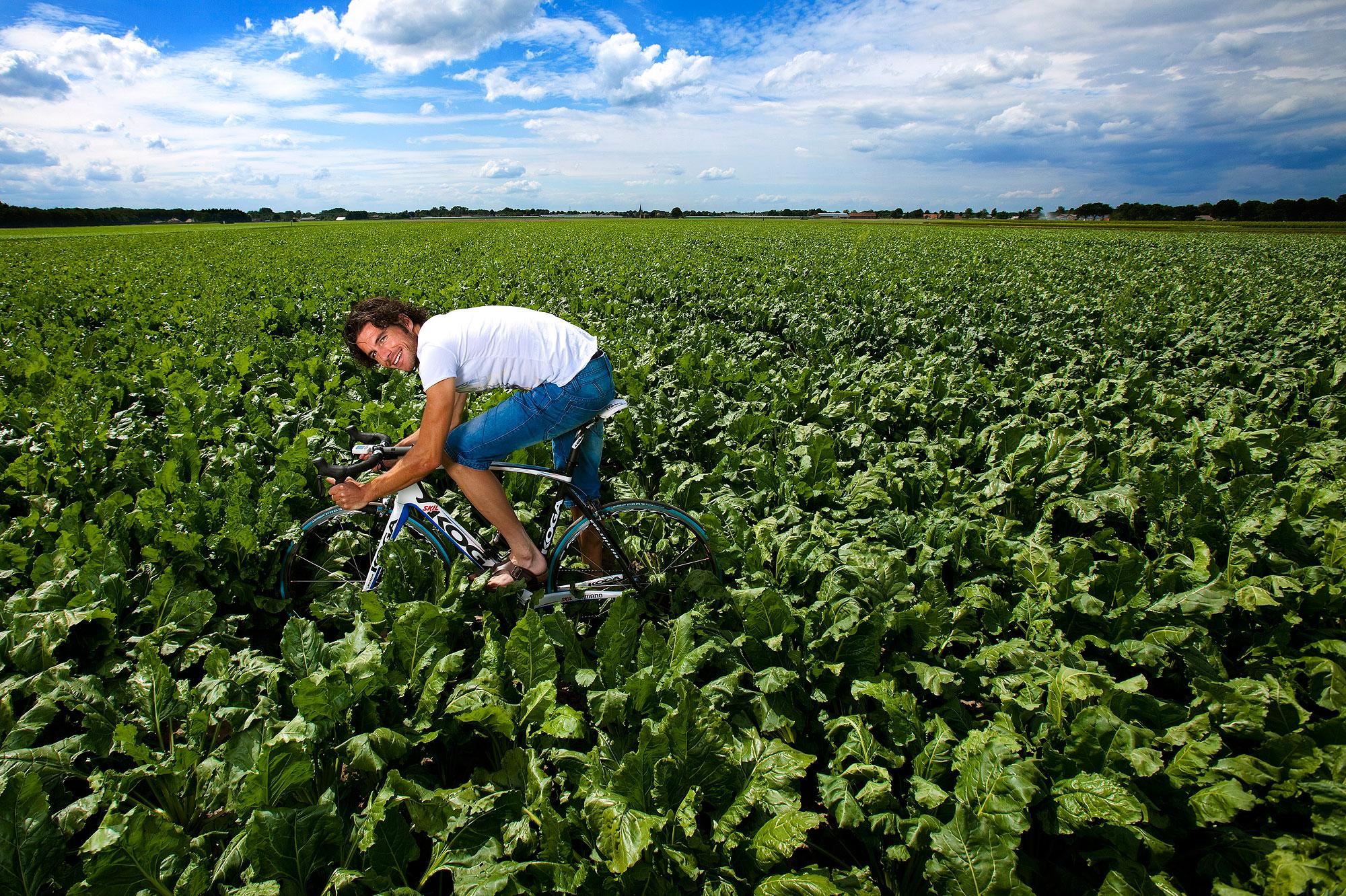 Roy Curvers op zijn fiets in het groenteveld