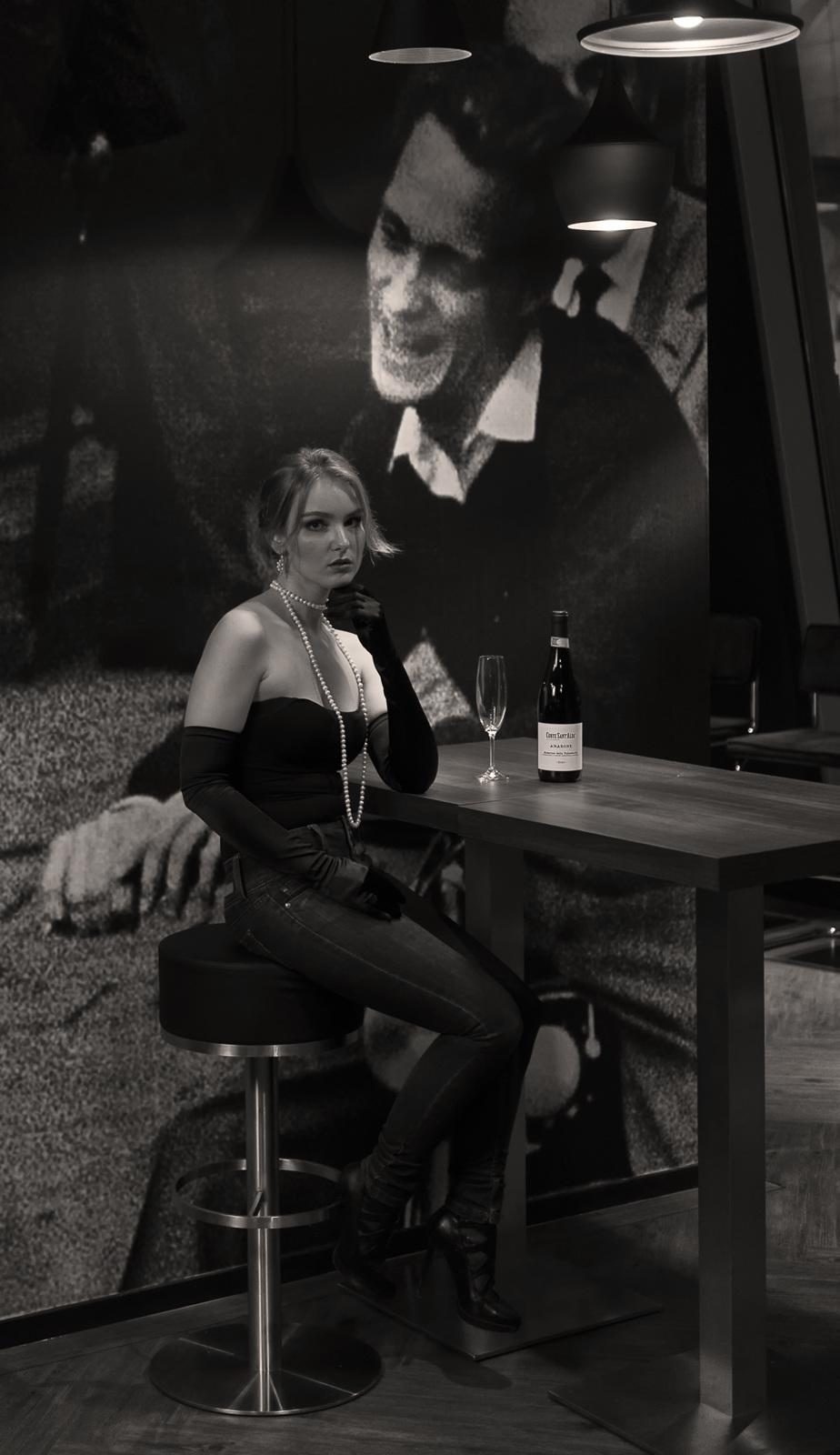 Vrouw in bar