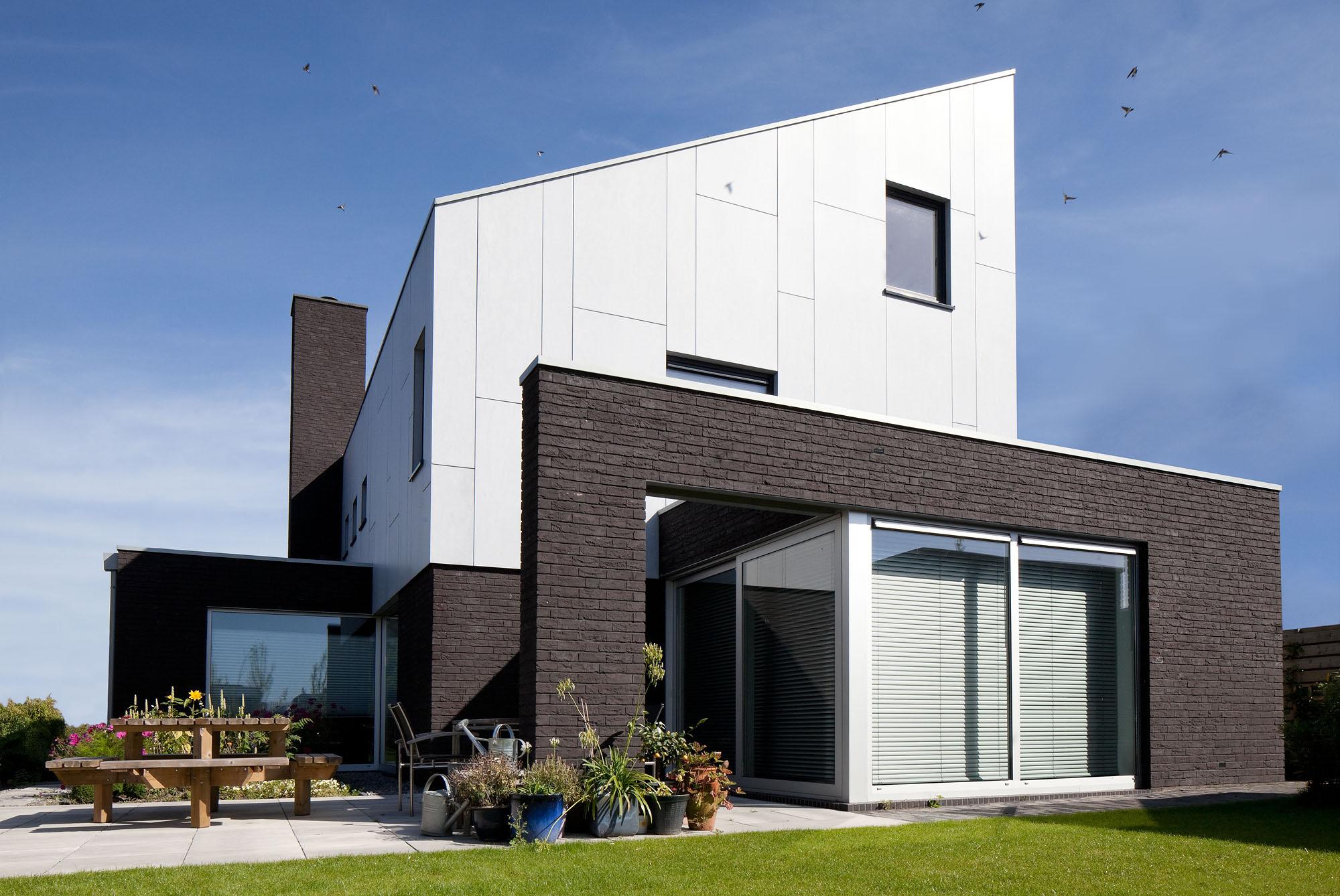 Foto van een moderne vrijstaande woning buiten