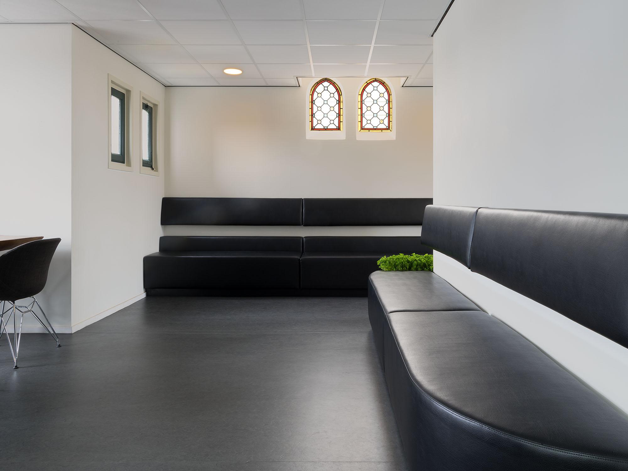 In een verbouwd klooster in Hoogeveen is een nieuwe huisartsenpraktijk ingericht.