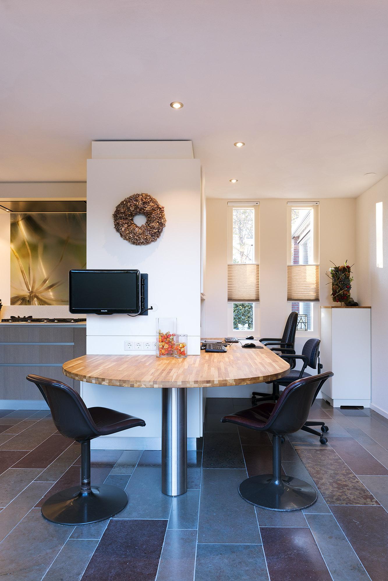 In deze praktische werkkeuken worden koken en werken gecombineerd.