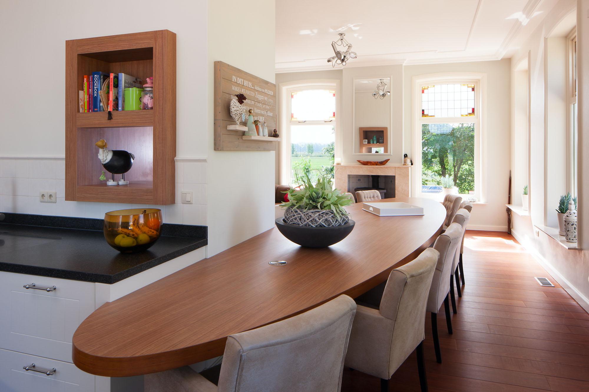 In een boerderij zijn de oude woonkamer en keuken bij elkaar getrokken en is er een mooie nieuwe leefkeuken ontstaan.