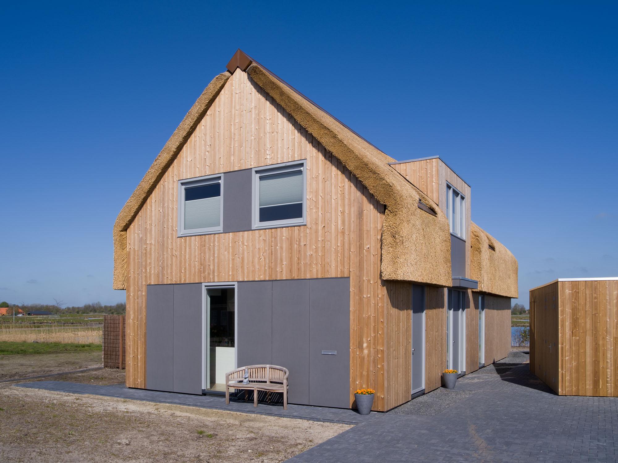Deze rietgedekte woning is aardbevingsbestendig ontworpen en gebouwd aan het water in Groningen.