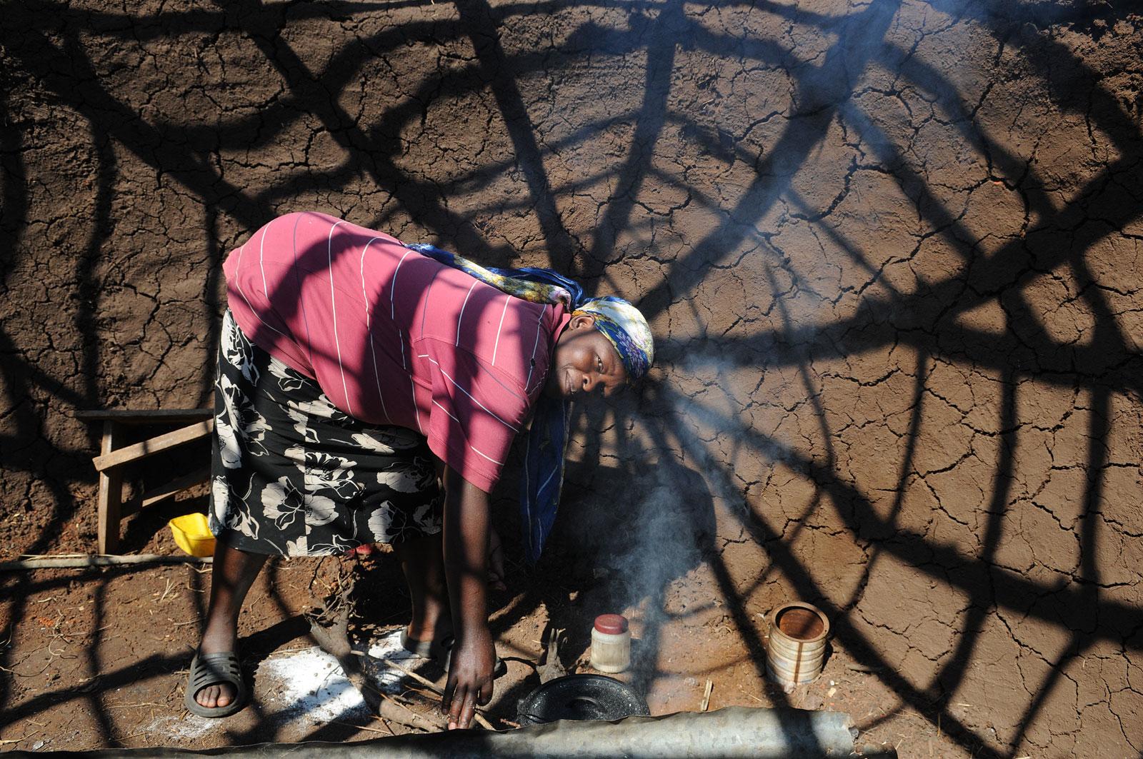Vrouw in Zuid-Afrika aan het werk.
