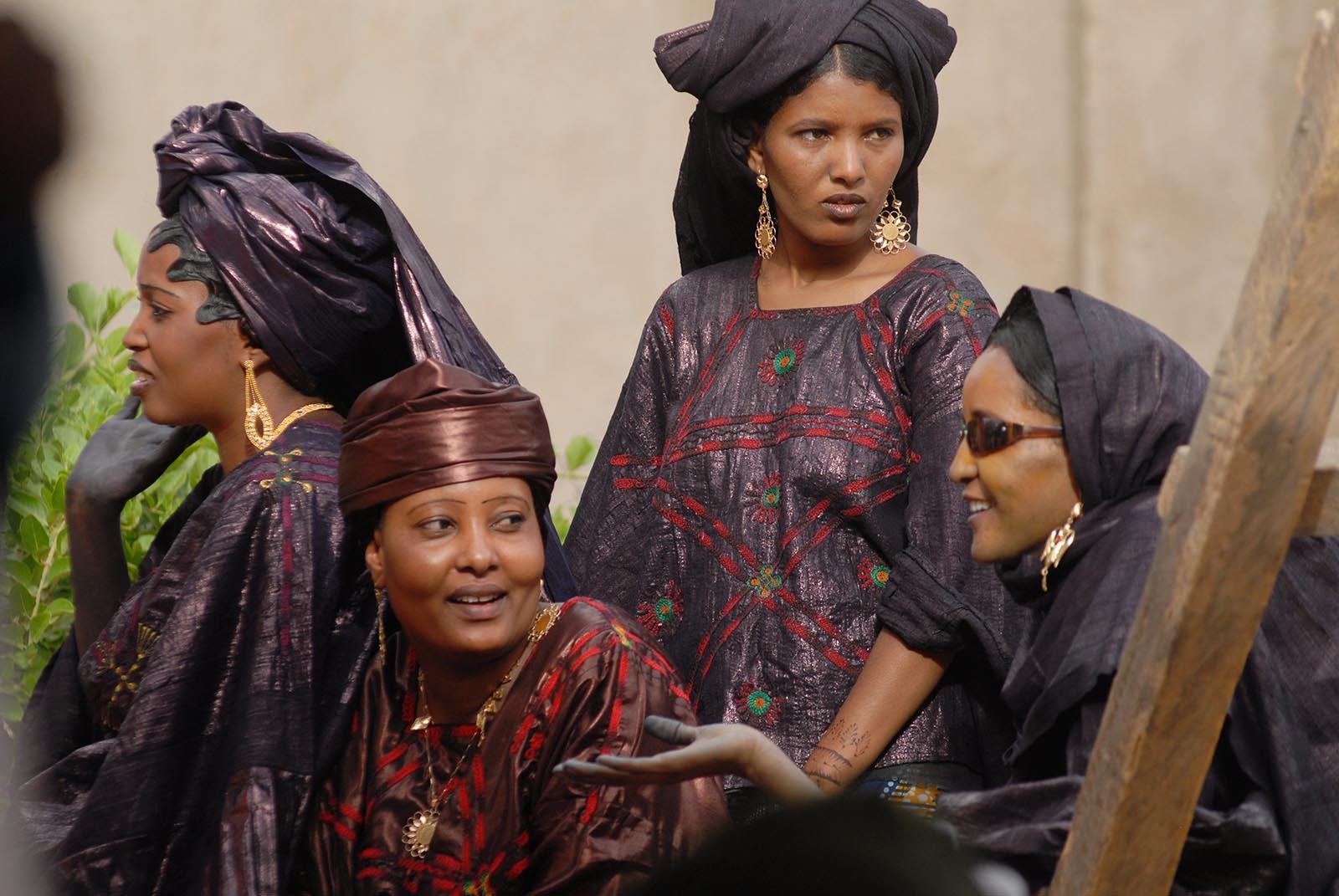 Deze Touaregvrouwen hebben zich in de mooiste kleding gestoken voor de driedaagse trouwerij
