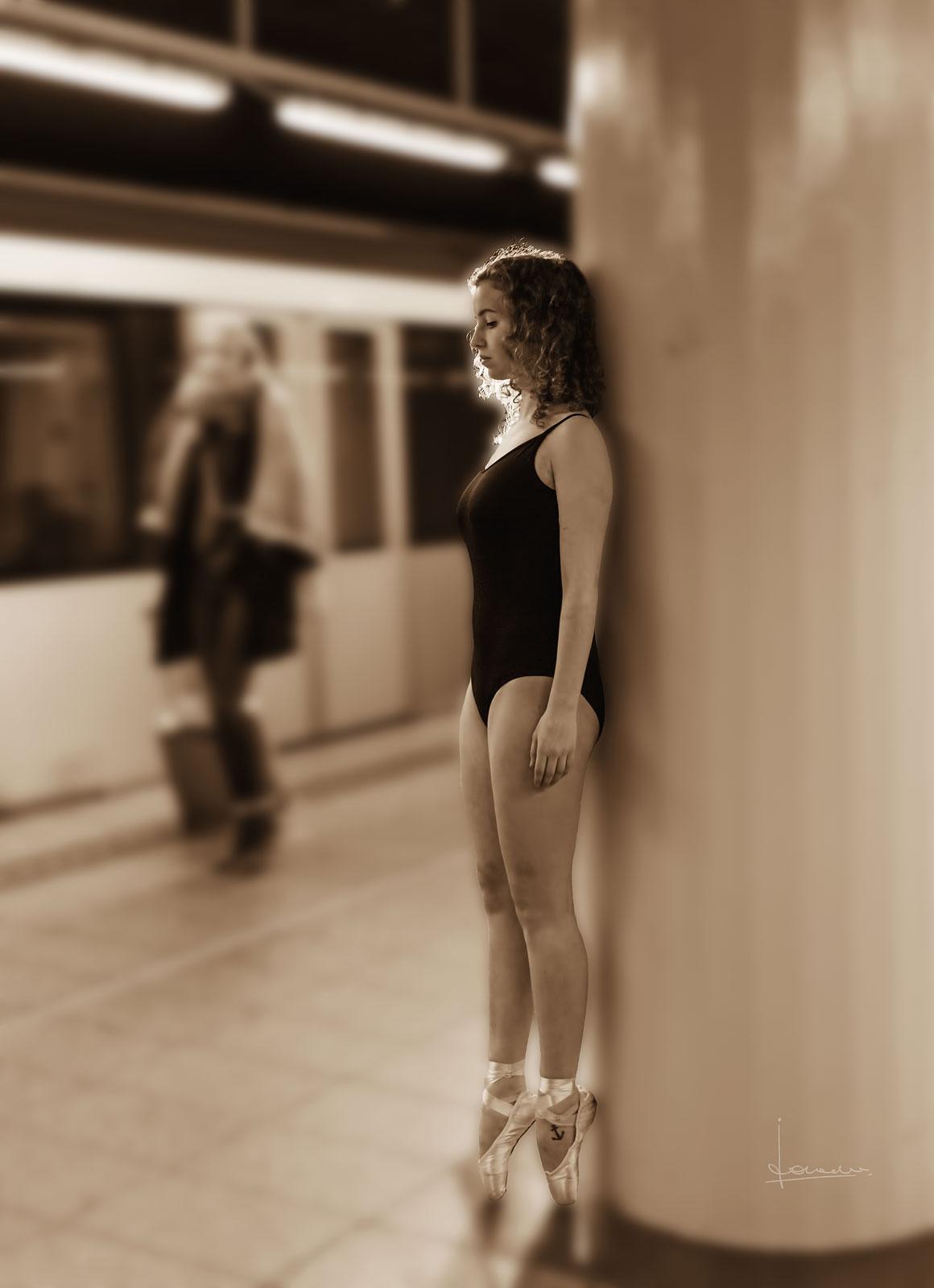 Dance outside stage. Danseres Joanna den Blijker, metro Amsterdam.