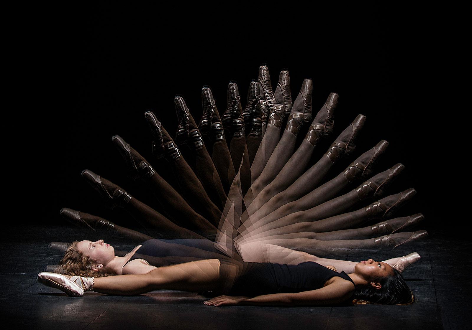 Foto van twee liggende danseressen met benen als stroboscoop.