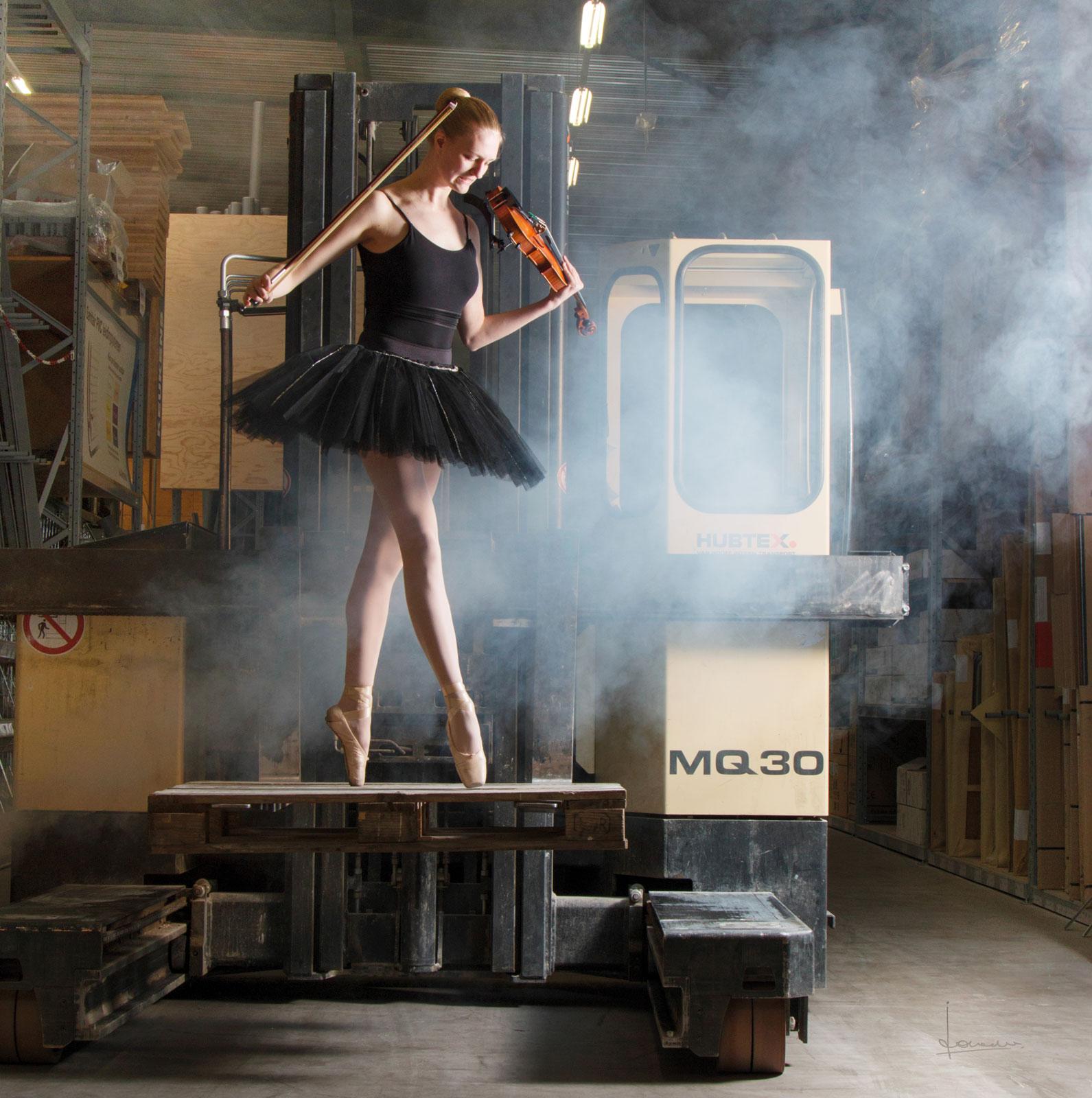 Dansend in een bouwhal, ballerina en violiste zijn, de ultime combinatie.