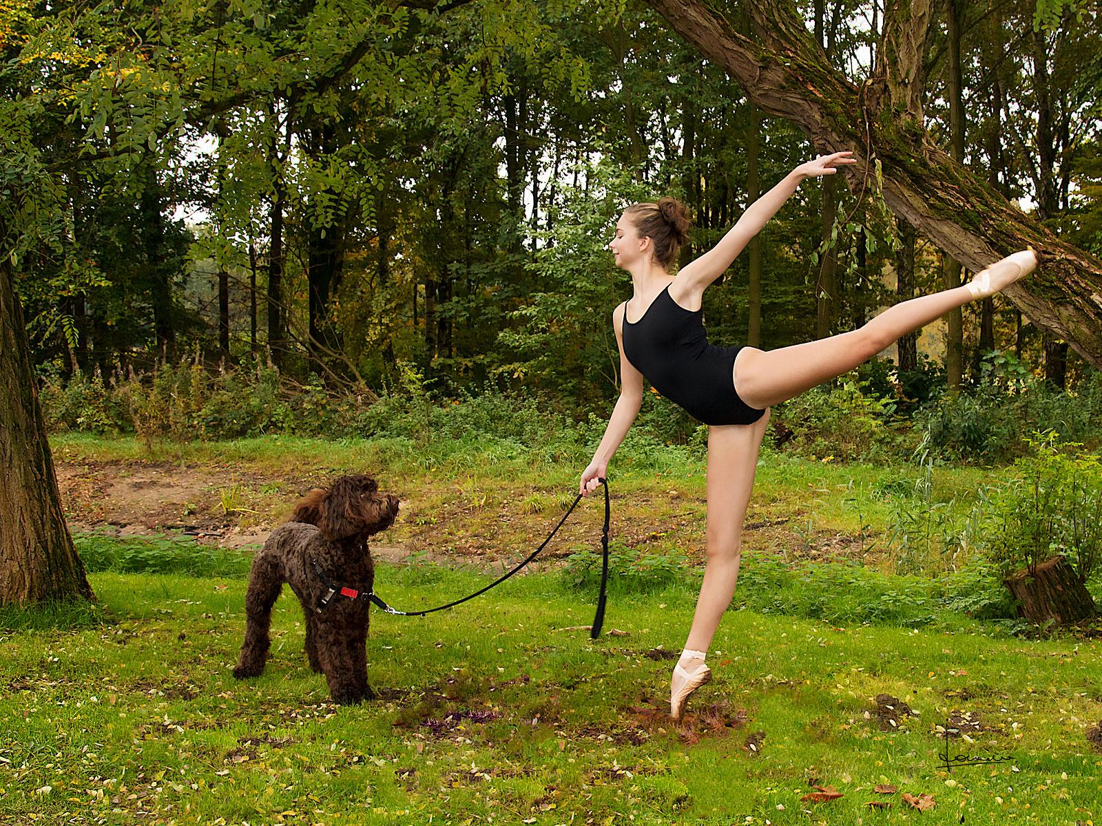 Met deze ballerina werkten we aan een serie in een park. Deze jonge hond vond het interessant en begreep de passie.