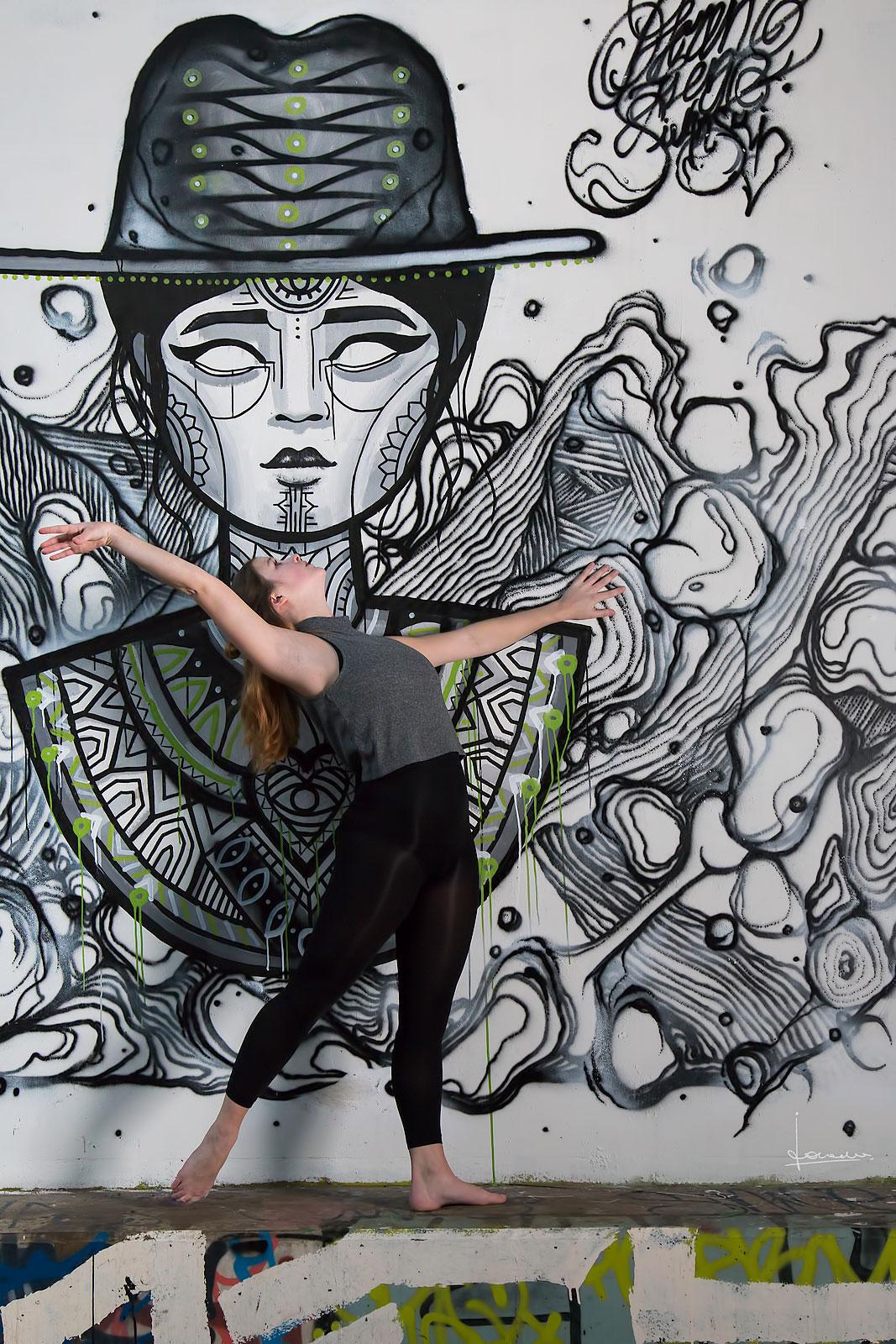 Graffity onder een rustig spoorviaduct. Moderne dans en inlevingsvermogen.
