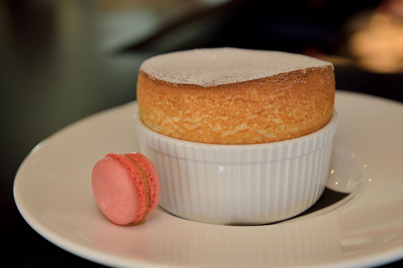 Vanille Souffle met een frambozen Macaron