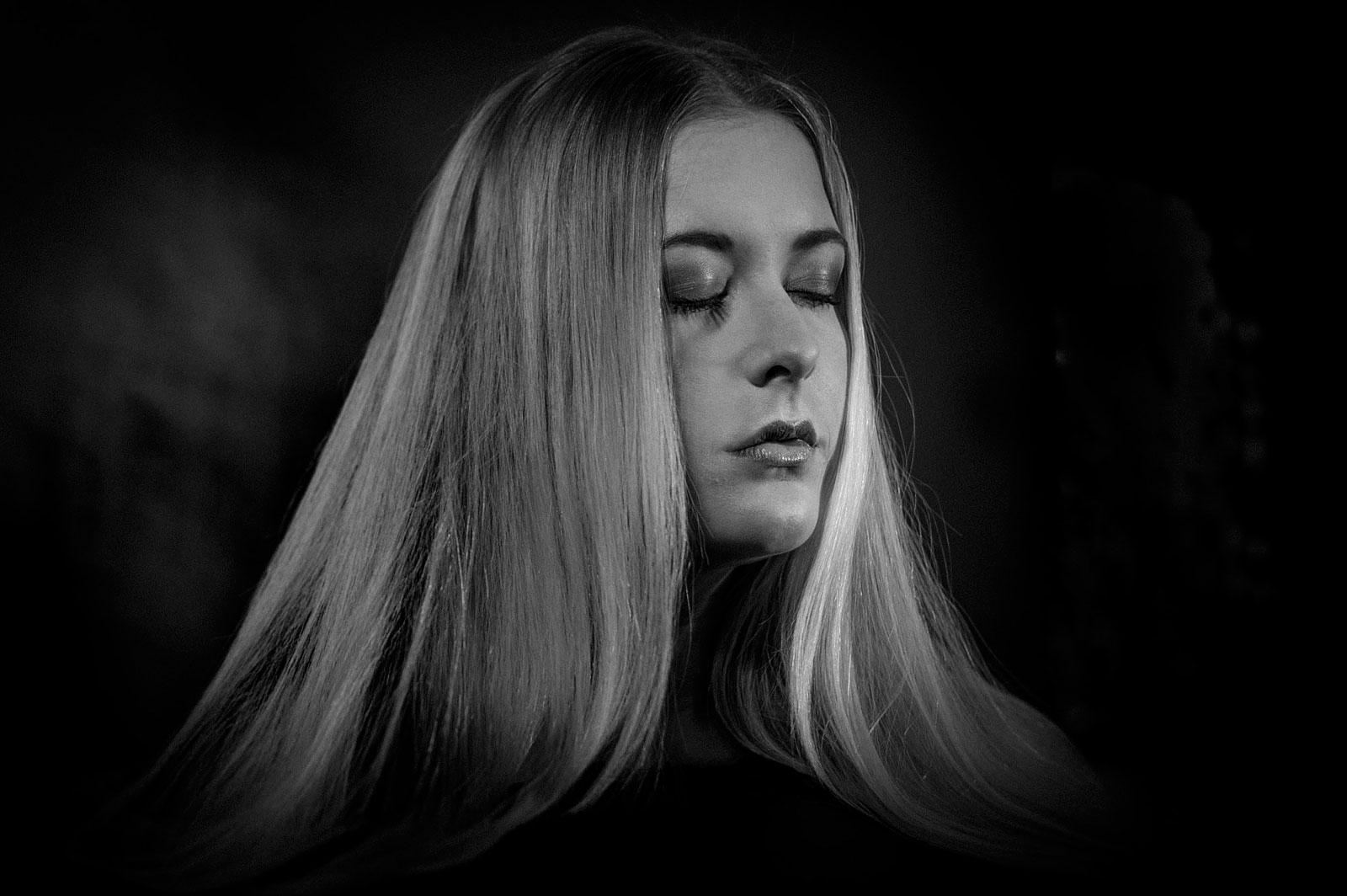 Foto van blonde vrouw met gesloten ogen