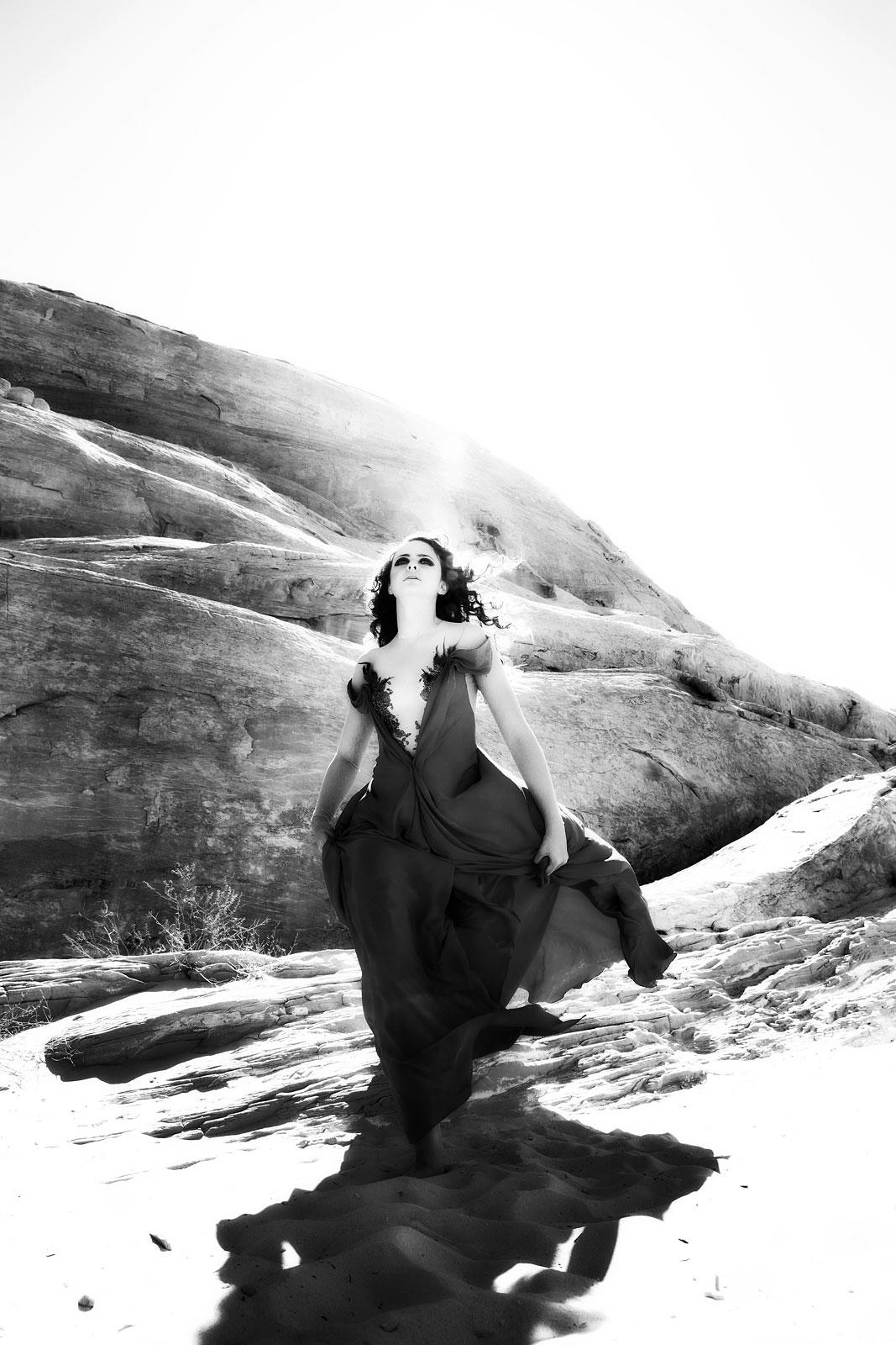 Foto van vrouw op berg in zwarte jurk