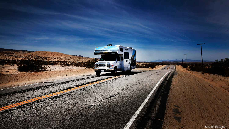 Foto van camper op de highway