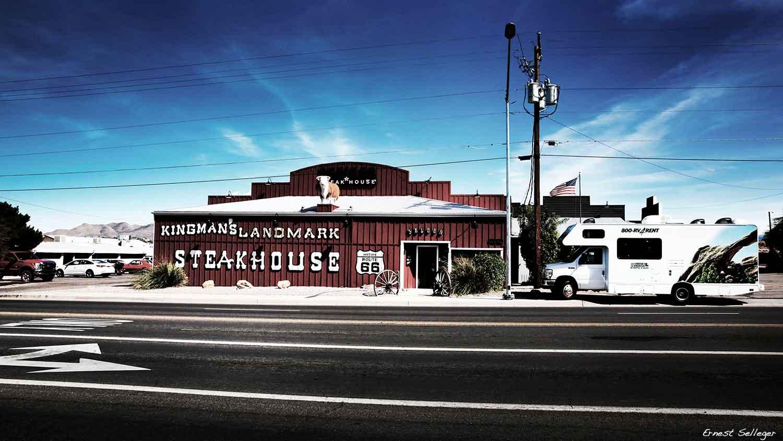 Foto van camper geparkeerd bij steakhouse langs de weg