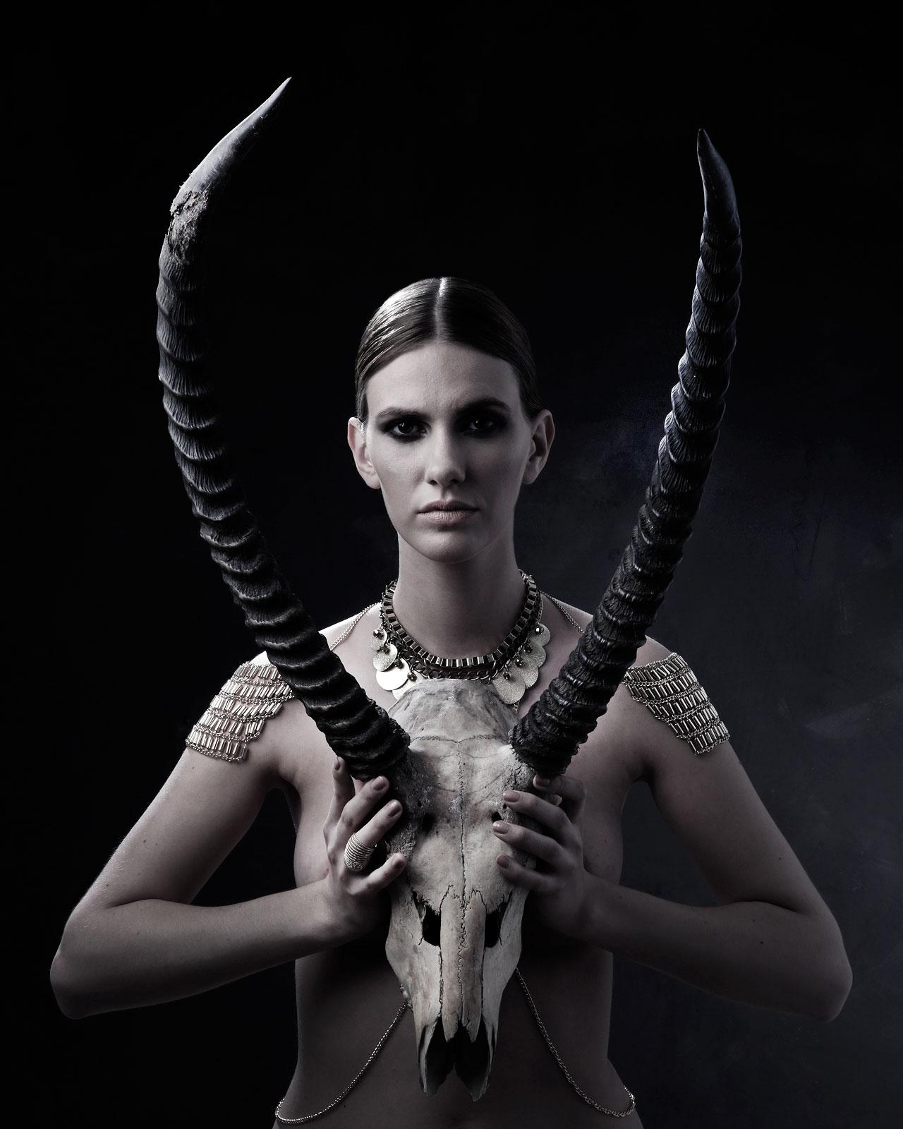 Foto van vrouw met schedel hert voor lichaam