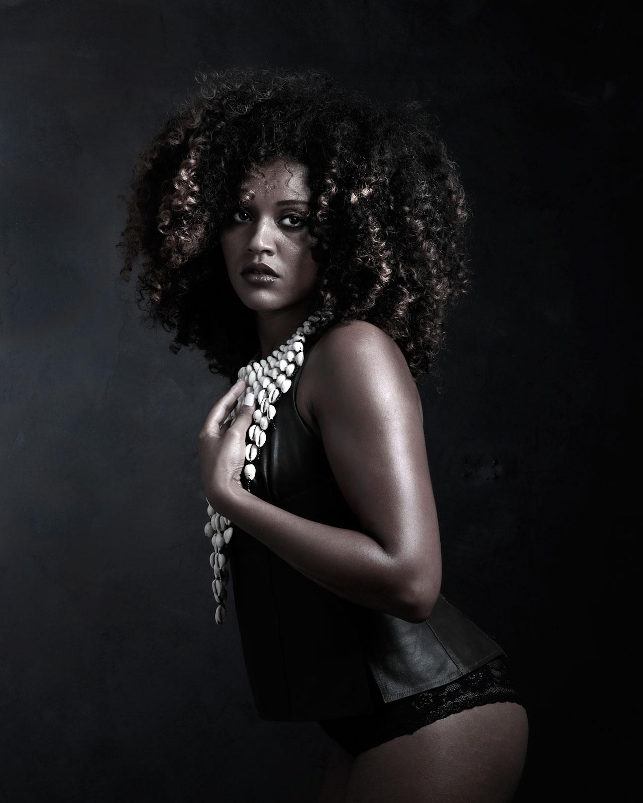 Foto van vrouw met zwart afro haar in lingerie