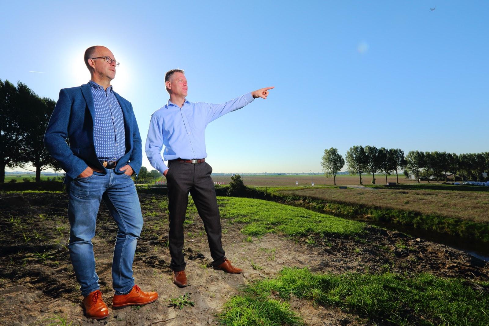 Twee mannen in landschap als ondernemers